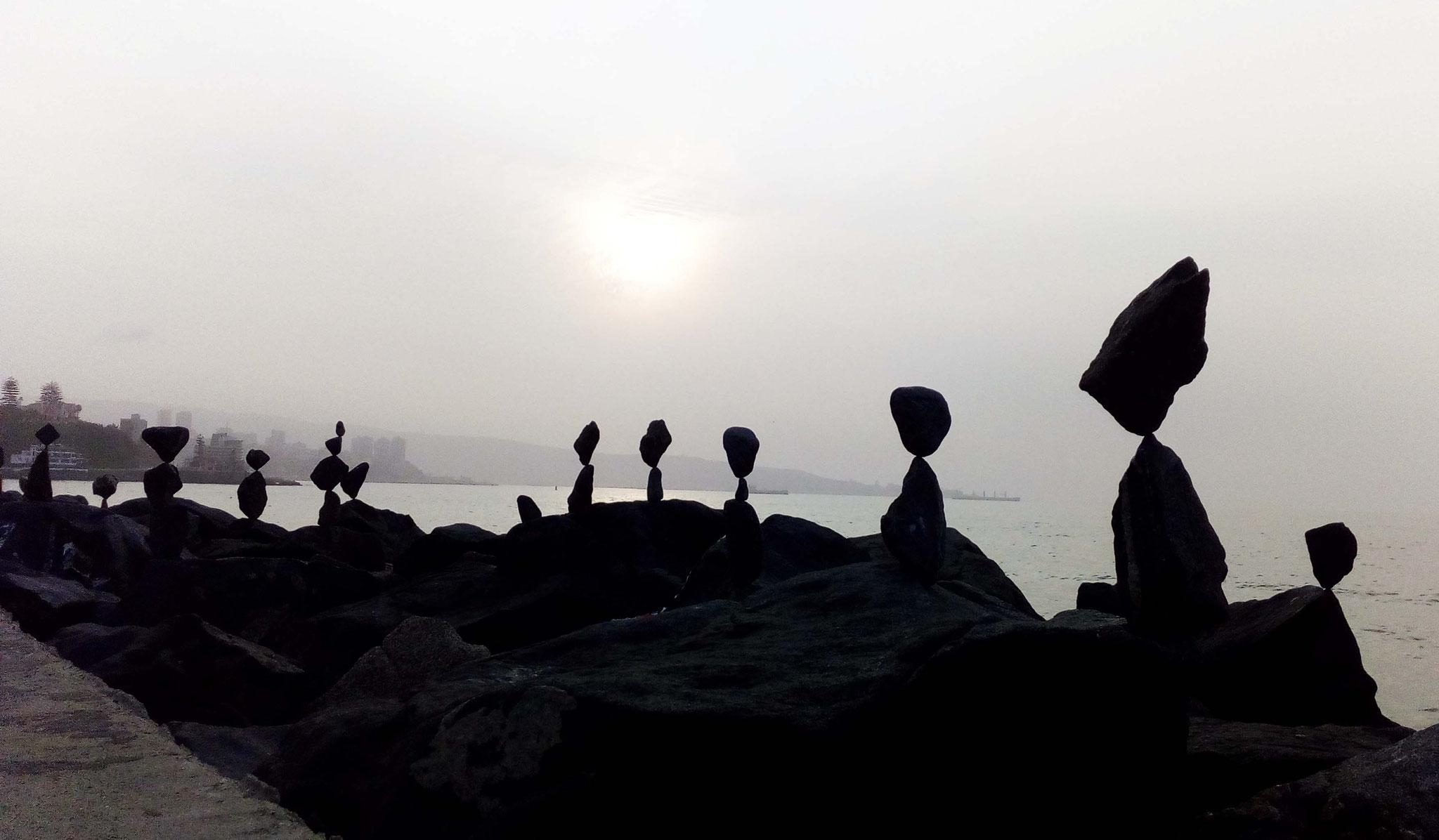 Equilibre éphémère au soleil couchant sur le Pacifique
