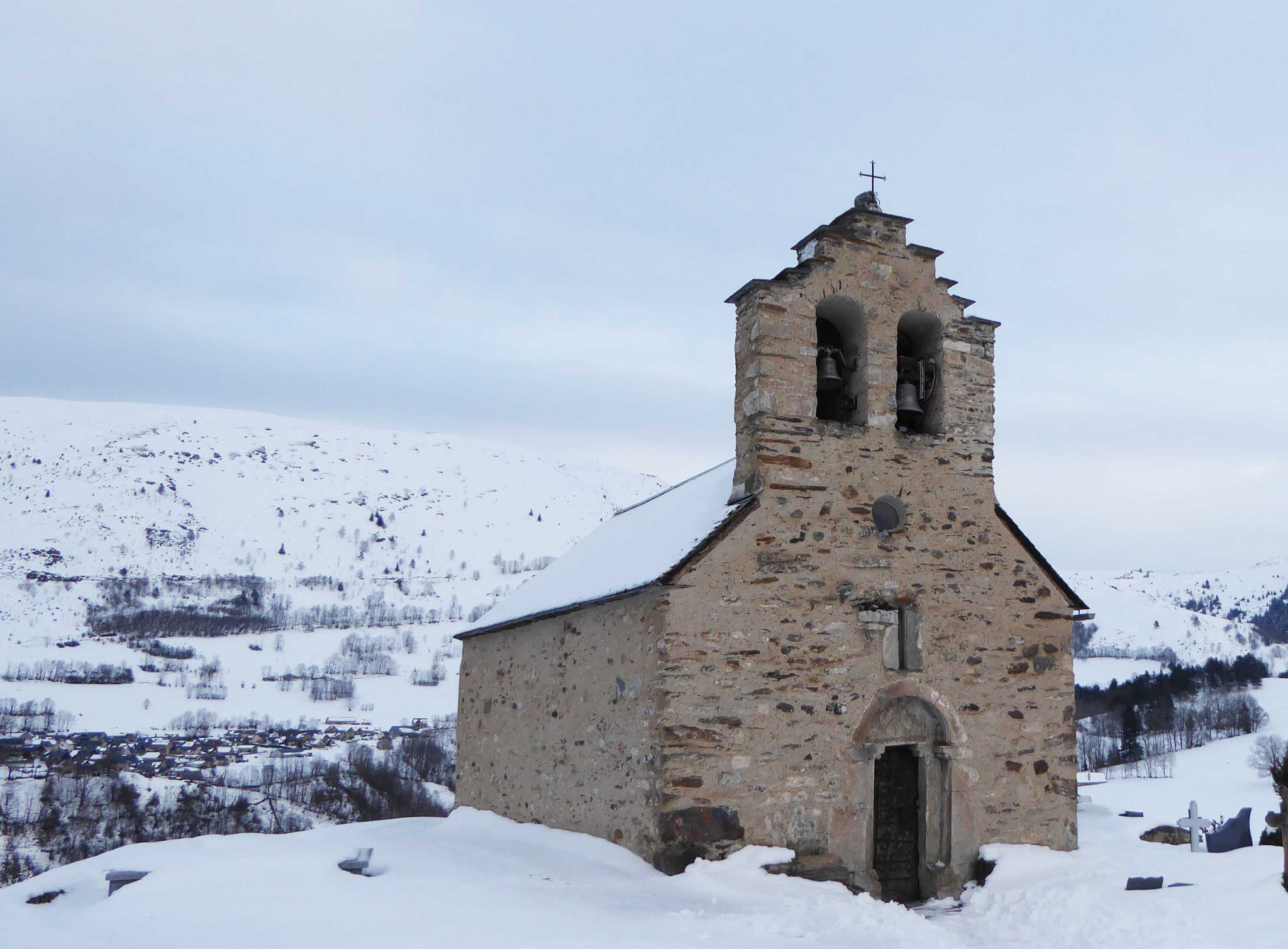 Au départ, la remarquable chapelle d'Ens