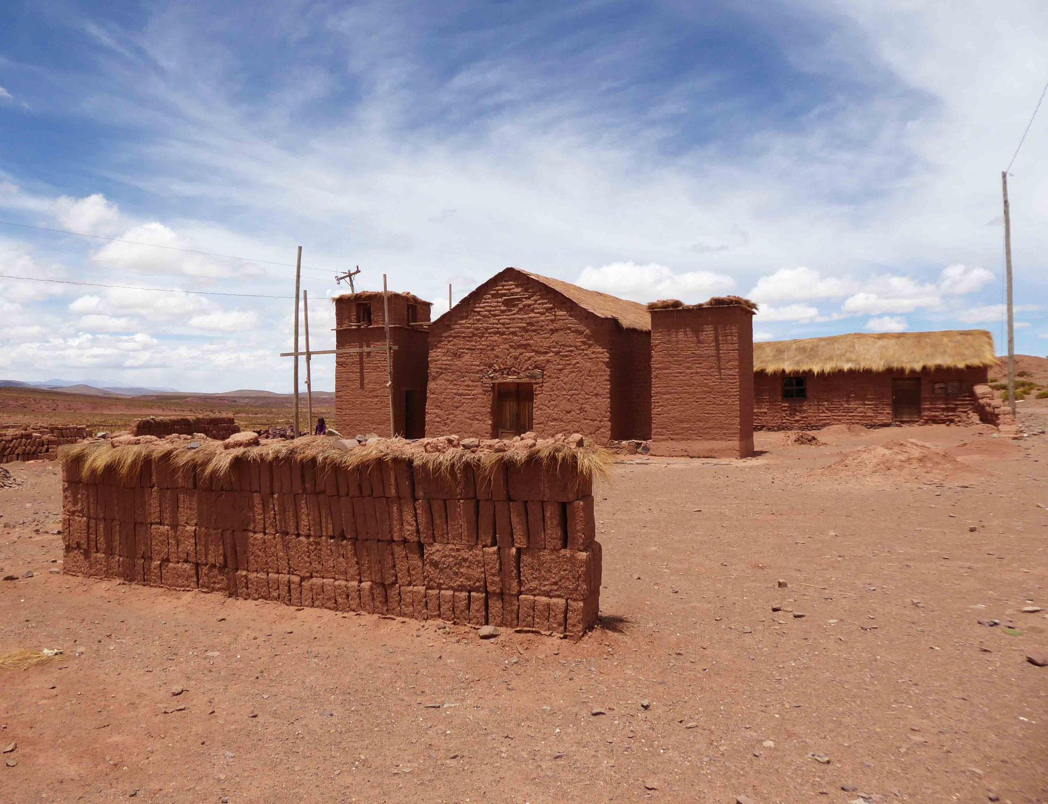 Cerrillos, village construit en adobe et son église en cours de réparation