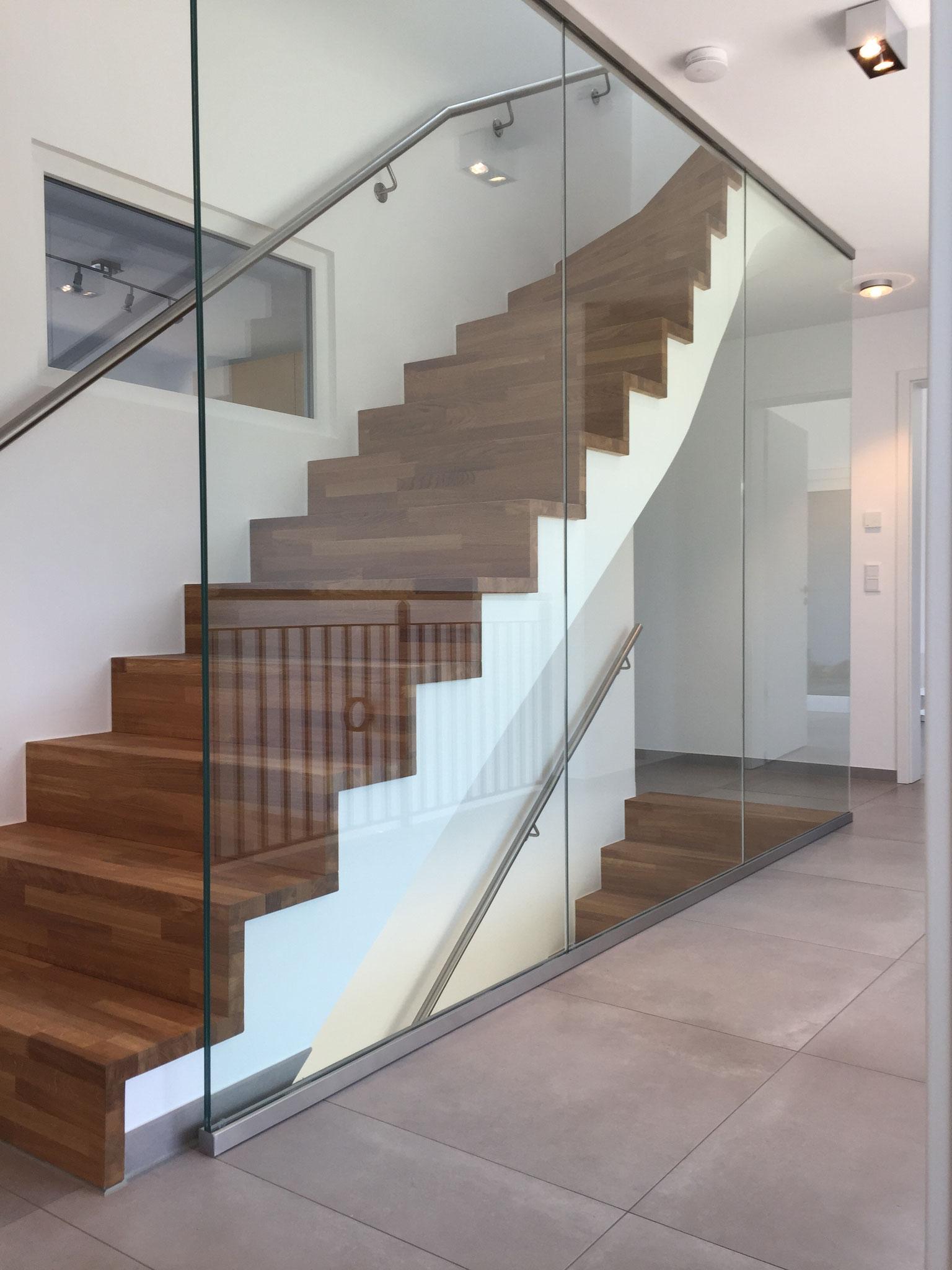 Treppe Holz auf Beton mit Geschossscheibe