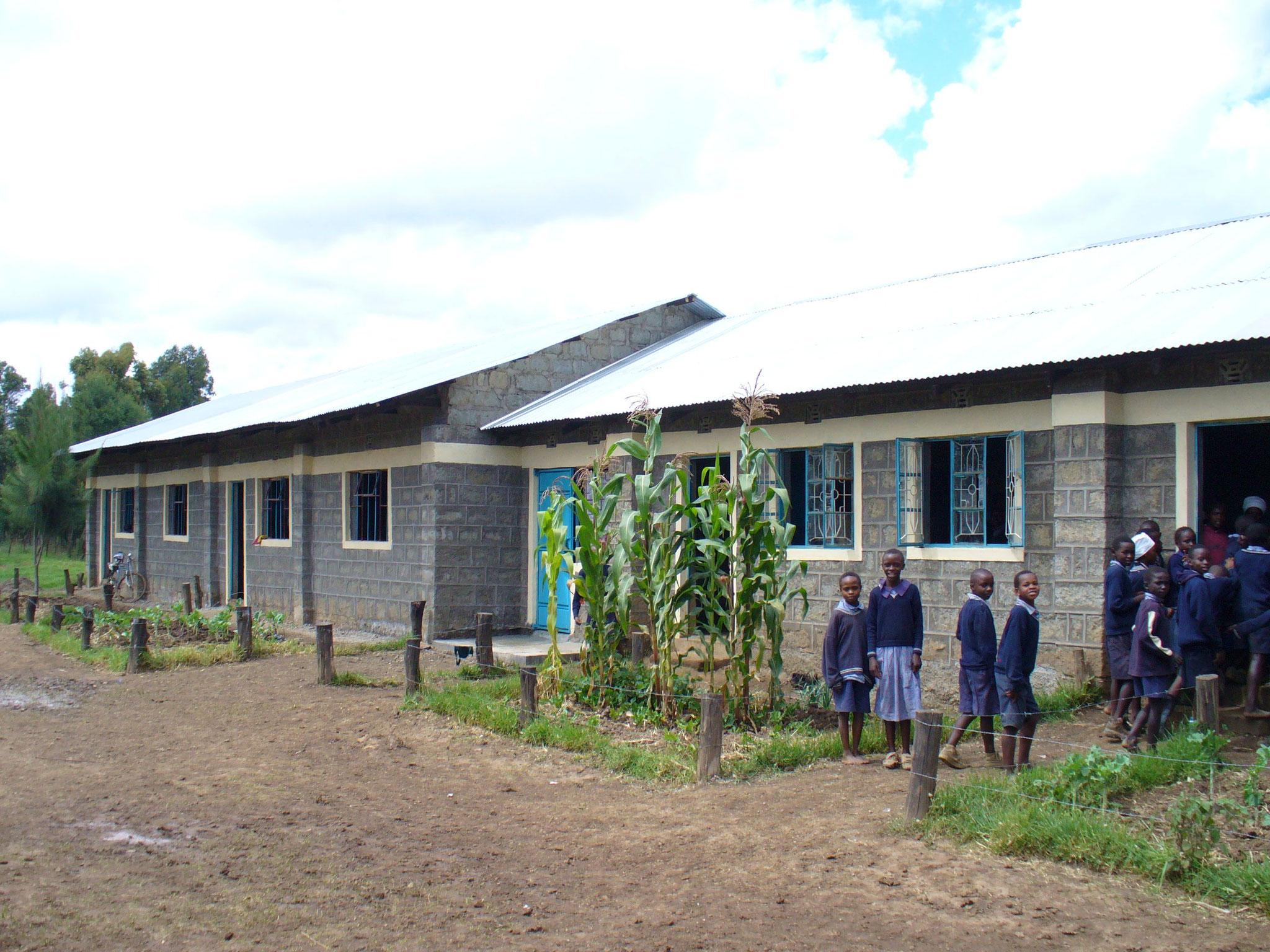 Die Schüler betreten stolz ihre neuen Klassenräume