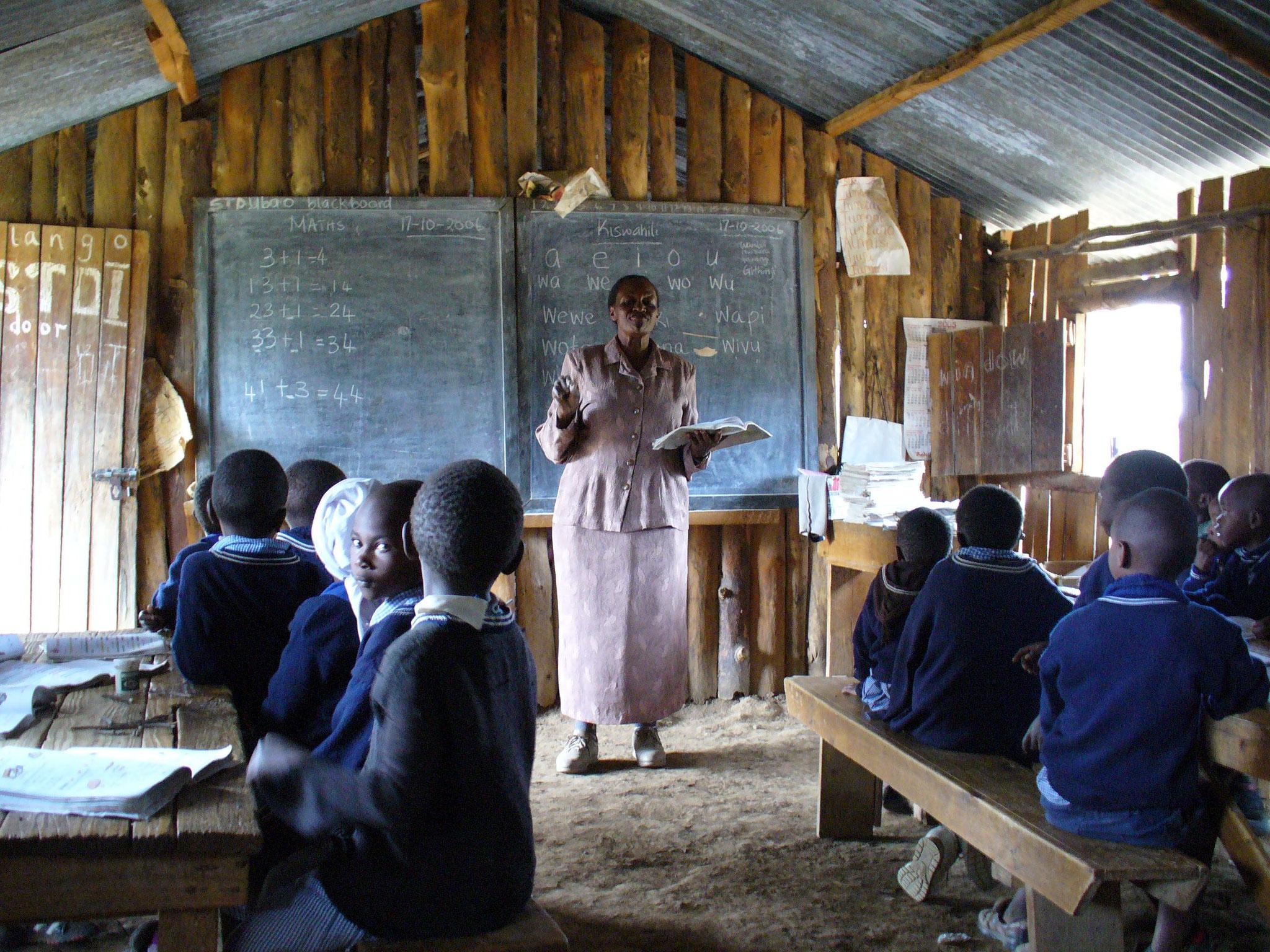 Unterricht in der alten, undichten Baracke ohne Fußboden und richtige Fenster