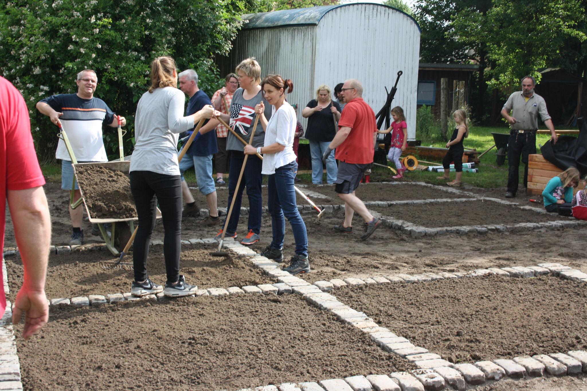 Arbeitseinsatz zum Bau des Fühlgartens