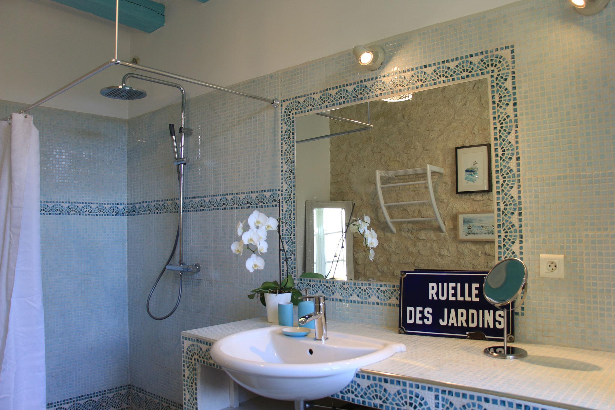 La grande salle d'eau avec douche à l'italienne du gîte La Ruelle des Jardins