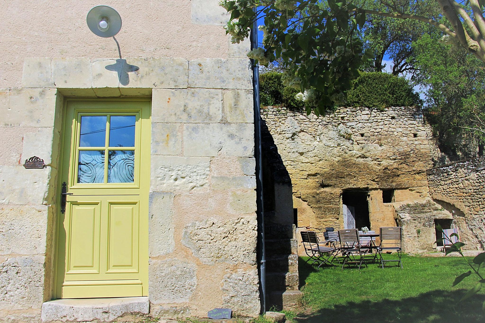 La façade et le jardin de La Ruelle des Jardins