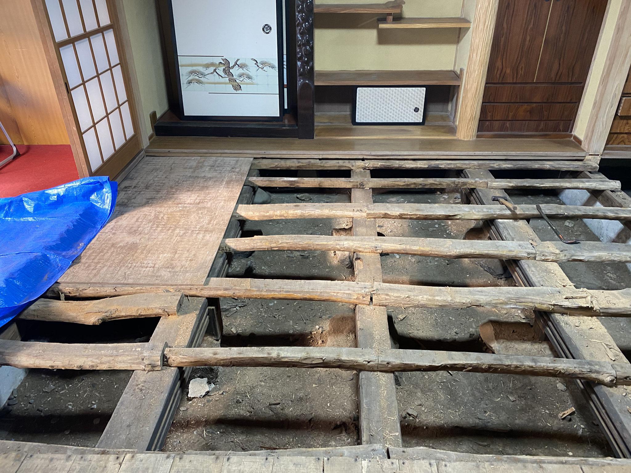 床を解体し、土台となる部分を補強します。