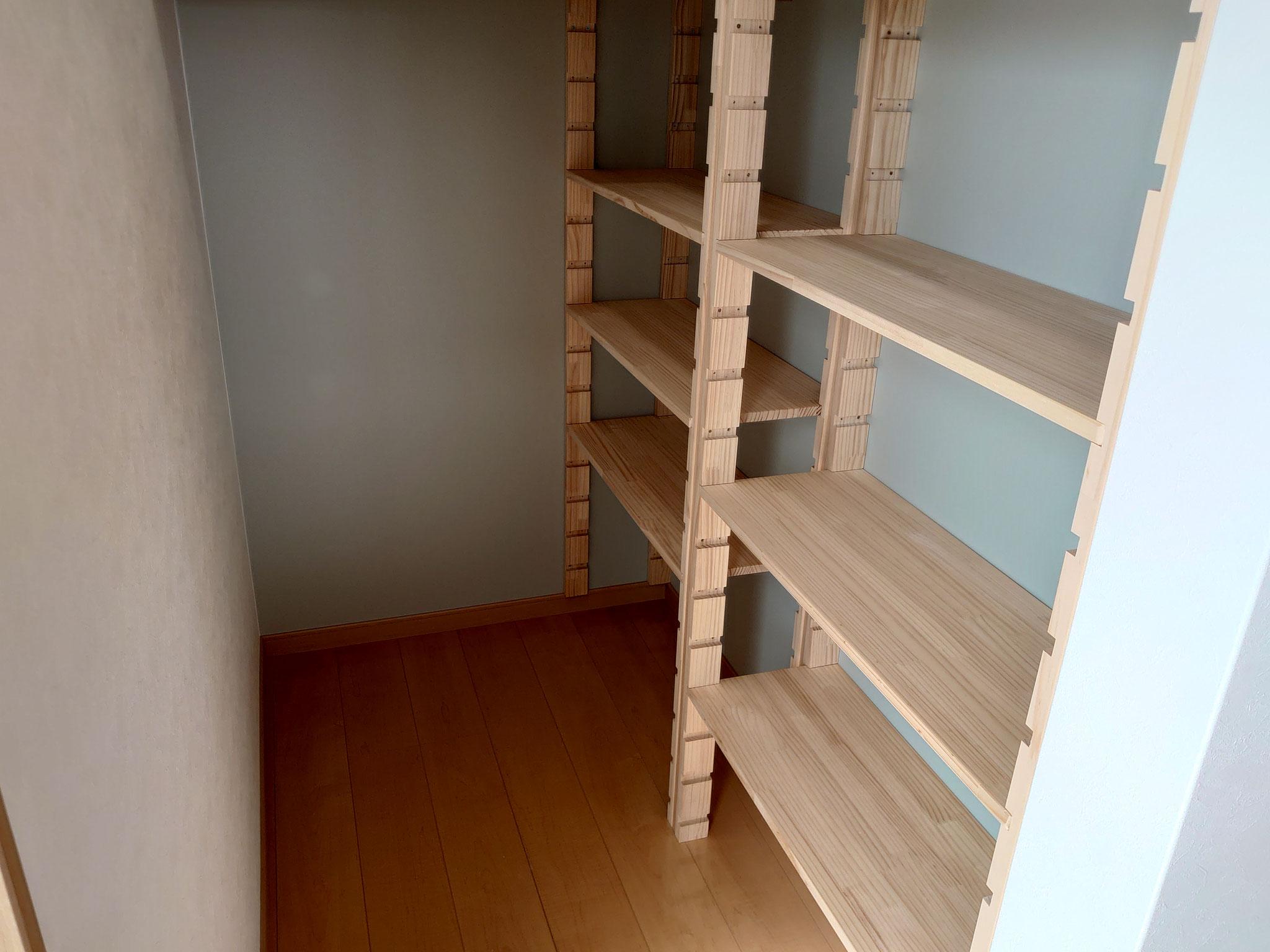 パントリーの棚は状況によって変えられる可動棚です。