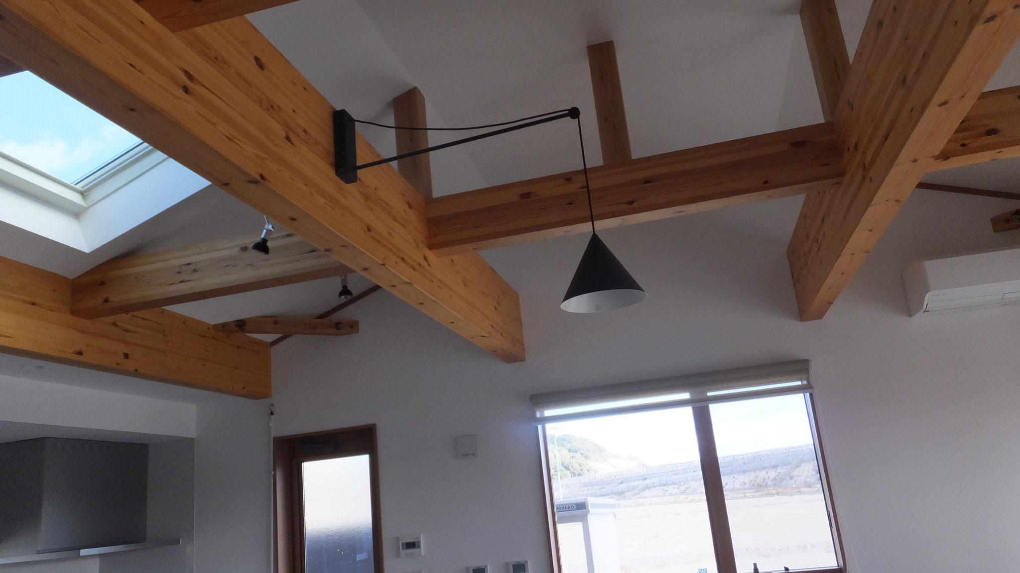 天窓を設置したことで、常に光が部屋に入ります。