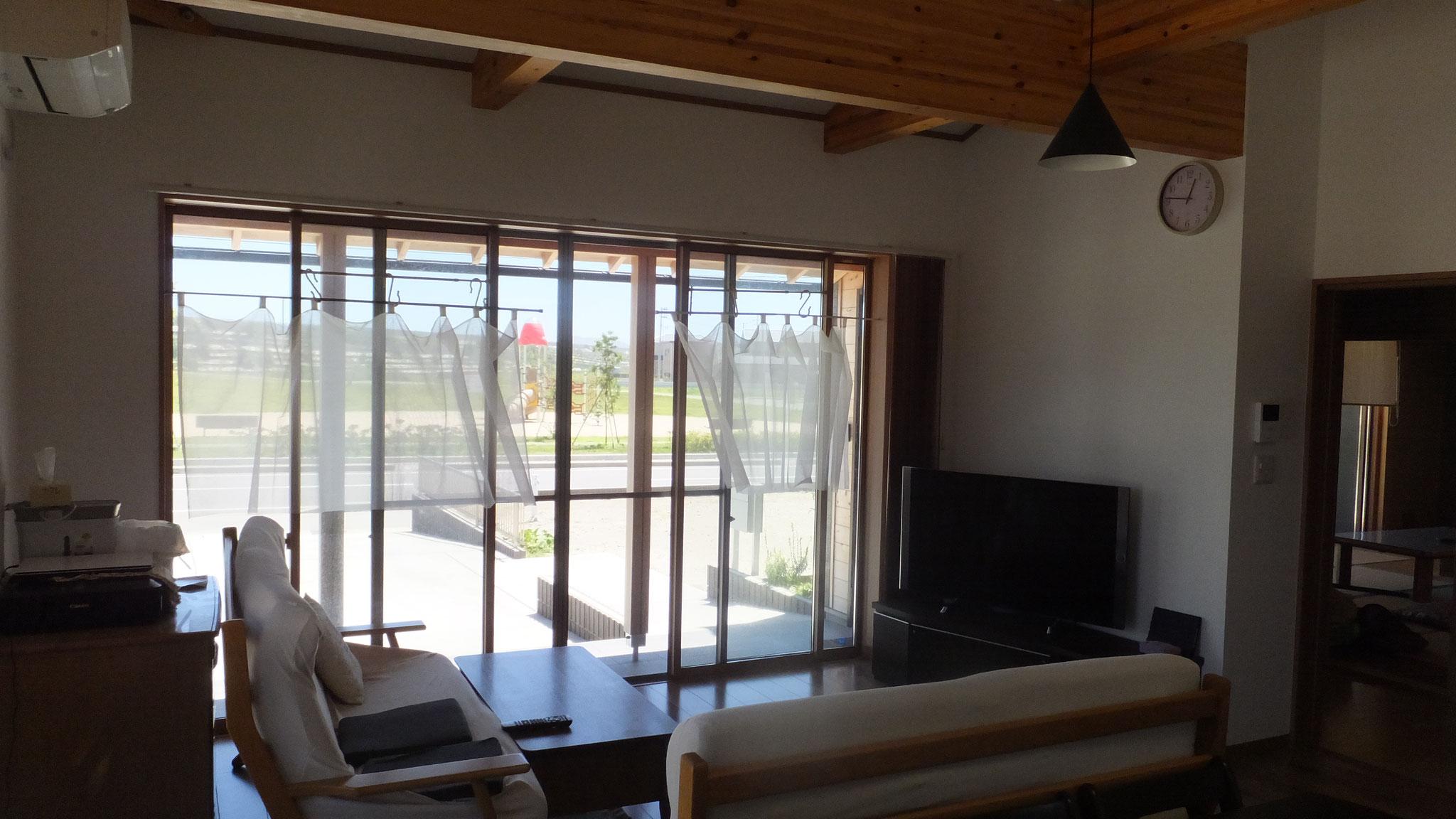 大きい窓を設置し、開放的な雰囲気を作っています。
