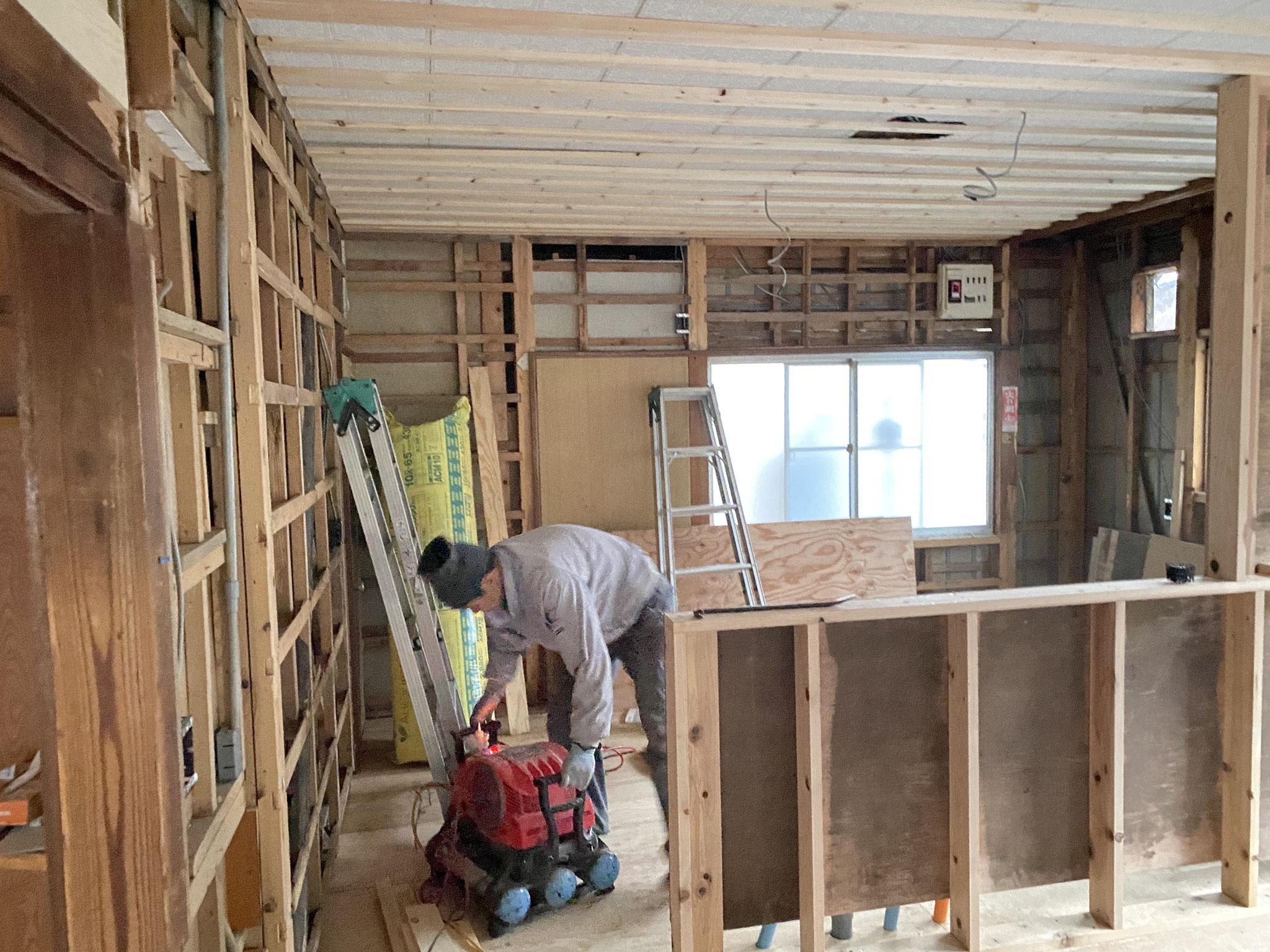 壁も解体し、キッチンカウンターを作っていきます。