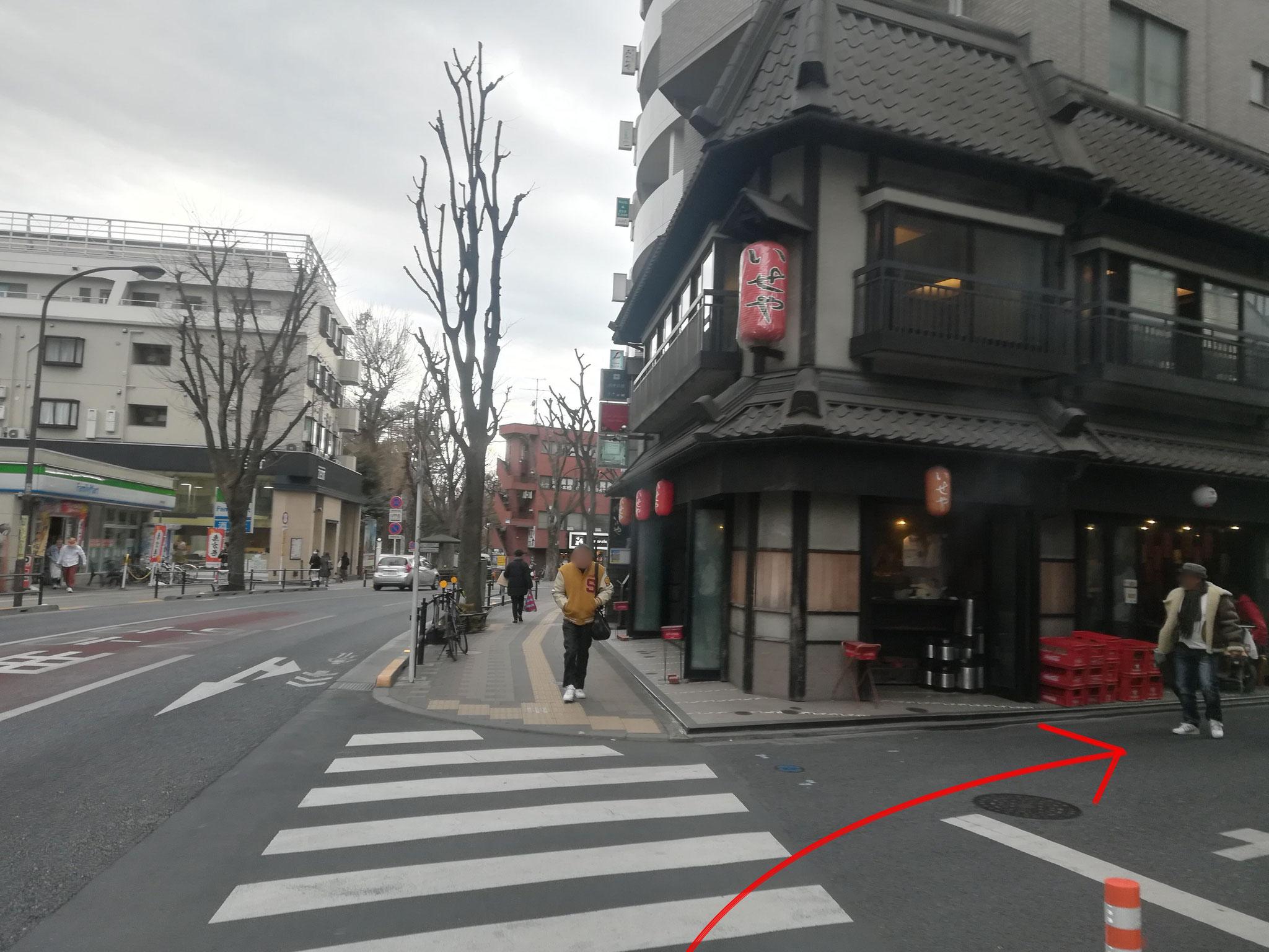 吉祥寺通りを直進し、1本目の角を右折します(赤いちょうちんが目印)