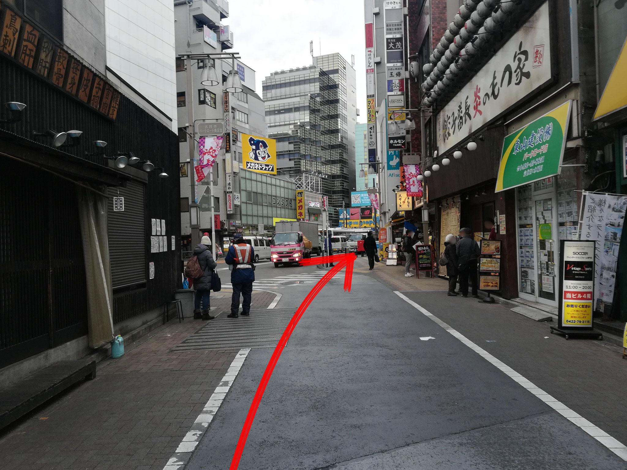 道なりに交差点まで直進します