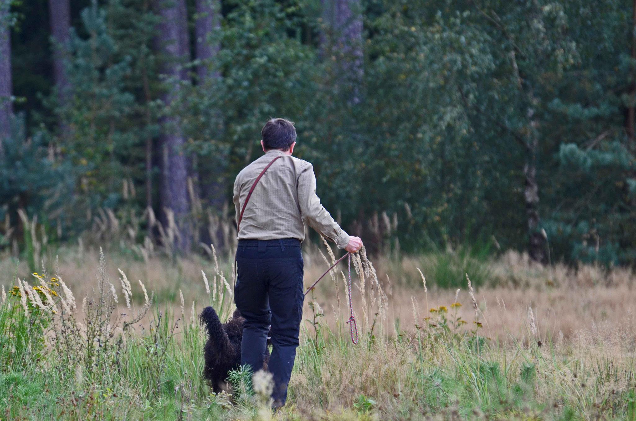 Am Anschuss ansetzen, wenn man ihn denn gleich findet :-) und dann seine Fellnase nach dem Festsaugen von der Ablaufleine lassen.
