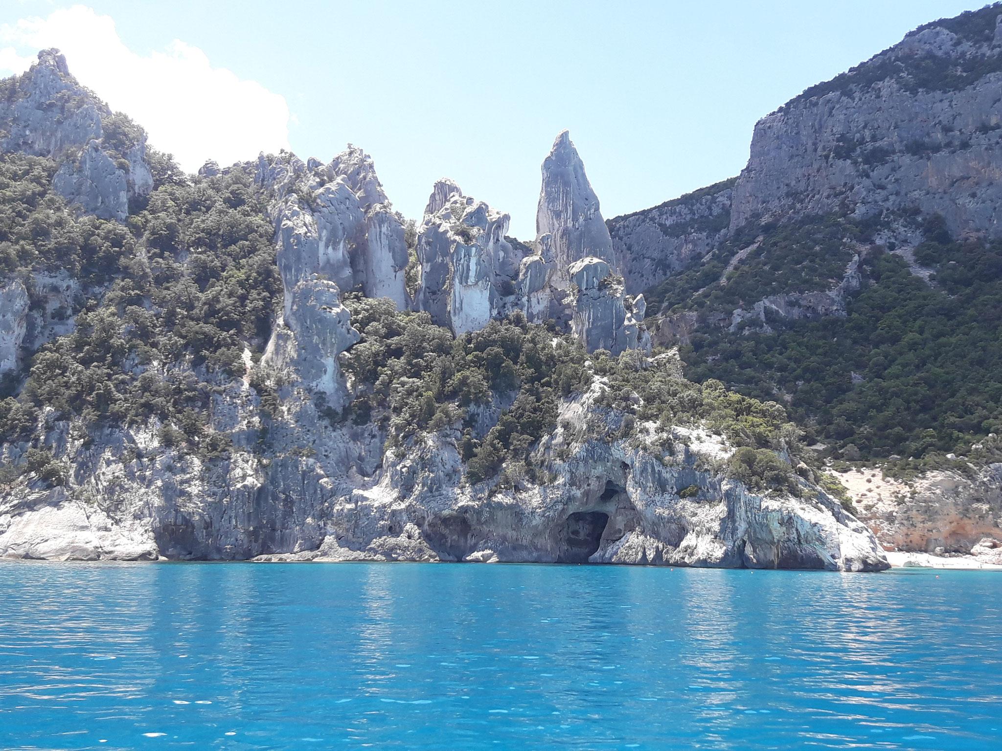 Ostküste von Sardinien Cala Goloritze gepflegte Segelyacht mit Skipper chartern