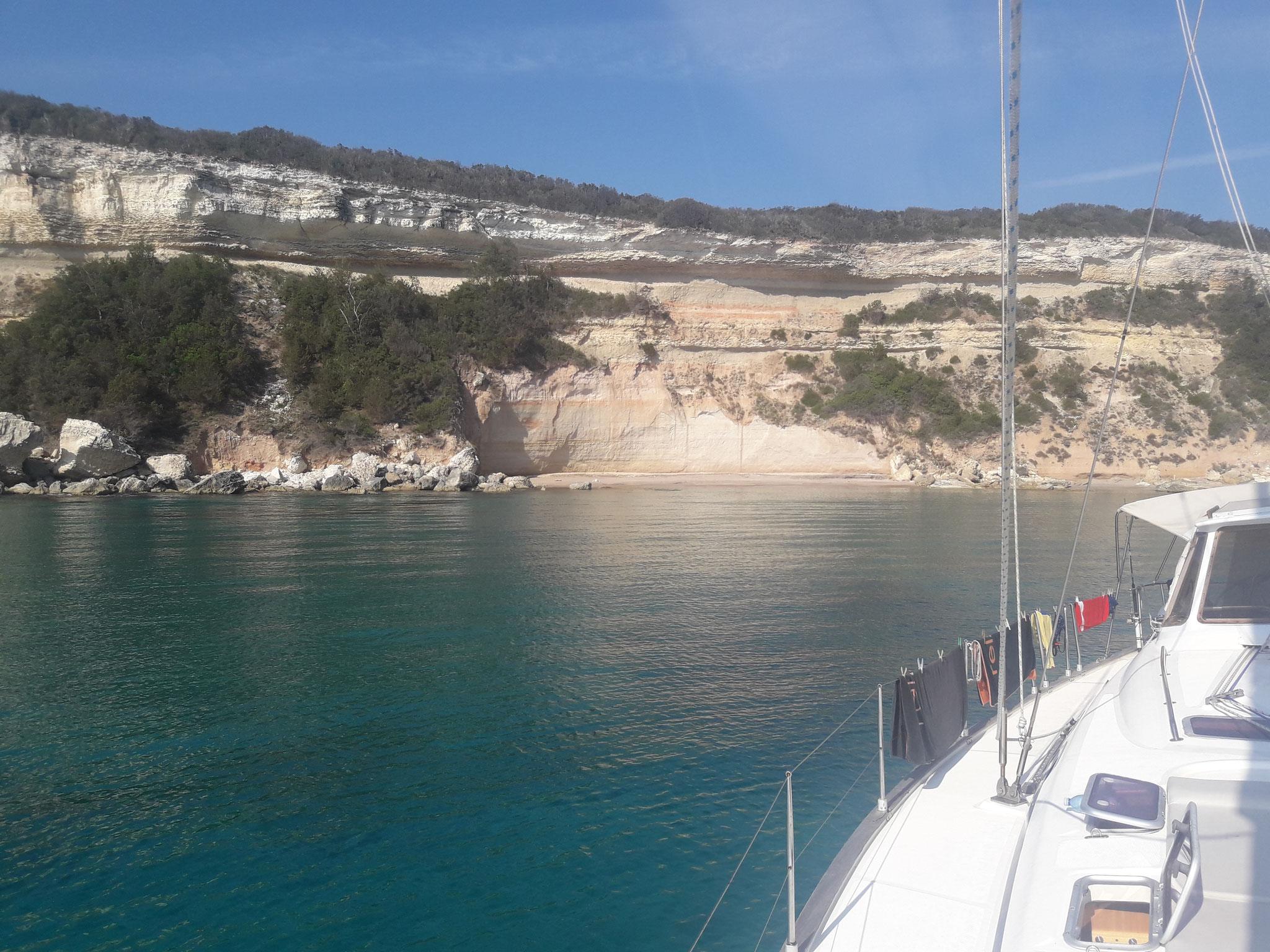 Capo Bianco auf Korsika klares Wasser lädt zum Baden ein. Vom Boot ins Wasser springen