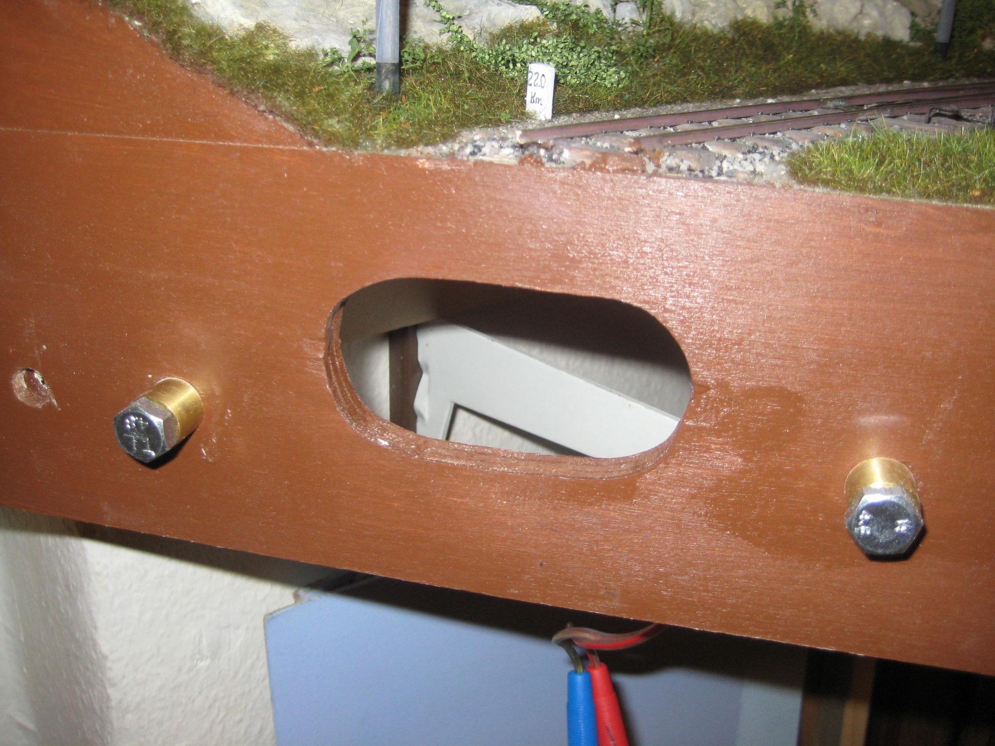 Zur Halterung des neuen Moduls an den Anlagenschenkeln dienen 2 Zapfen, die auch die Stromversorgung des Viaduktmoduls sicherstellen.