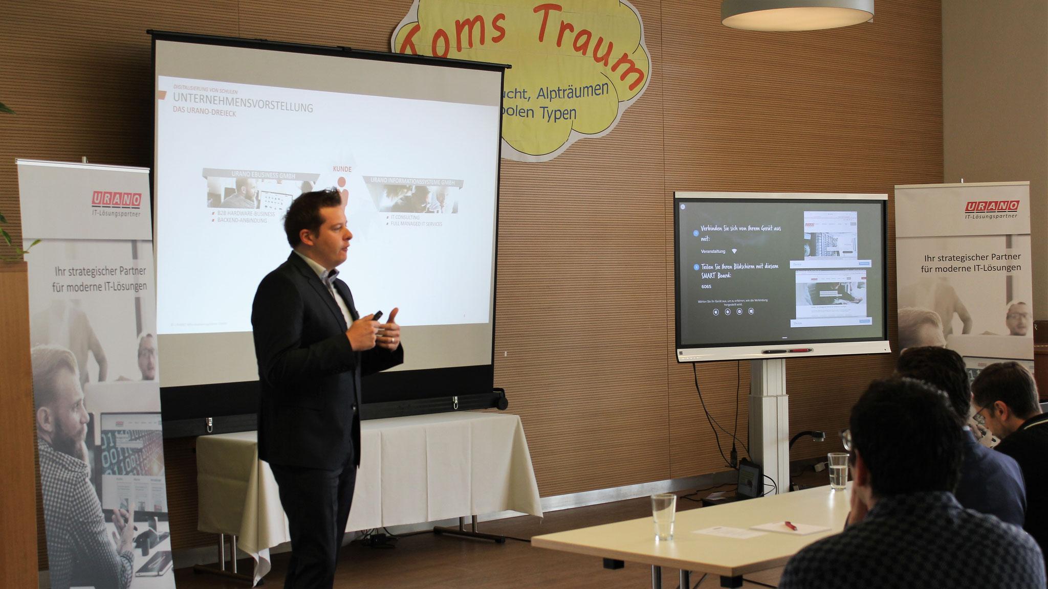 Chief Operating Officer Sebastian Schmalenbach begrüßt Lehrer und Schulträger