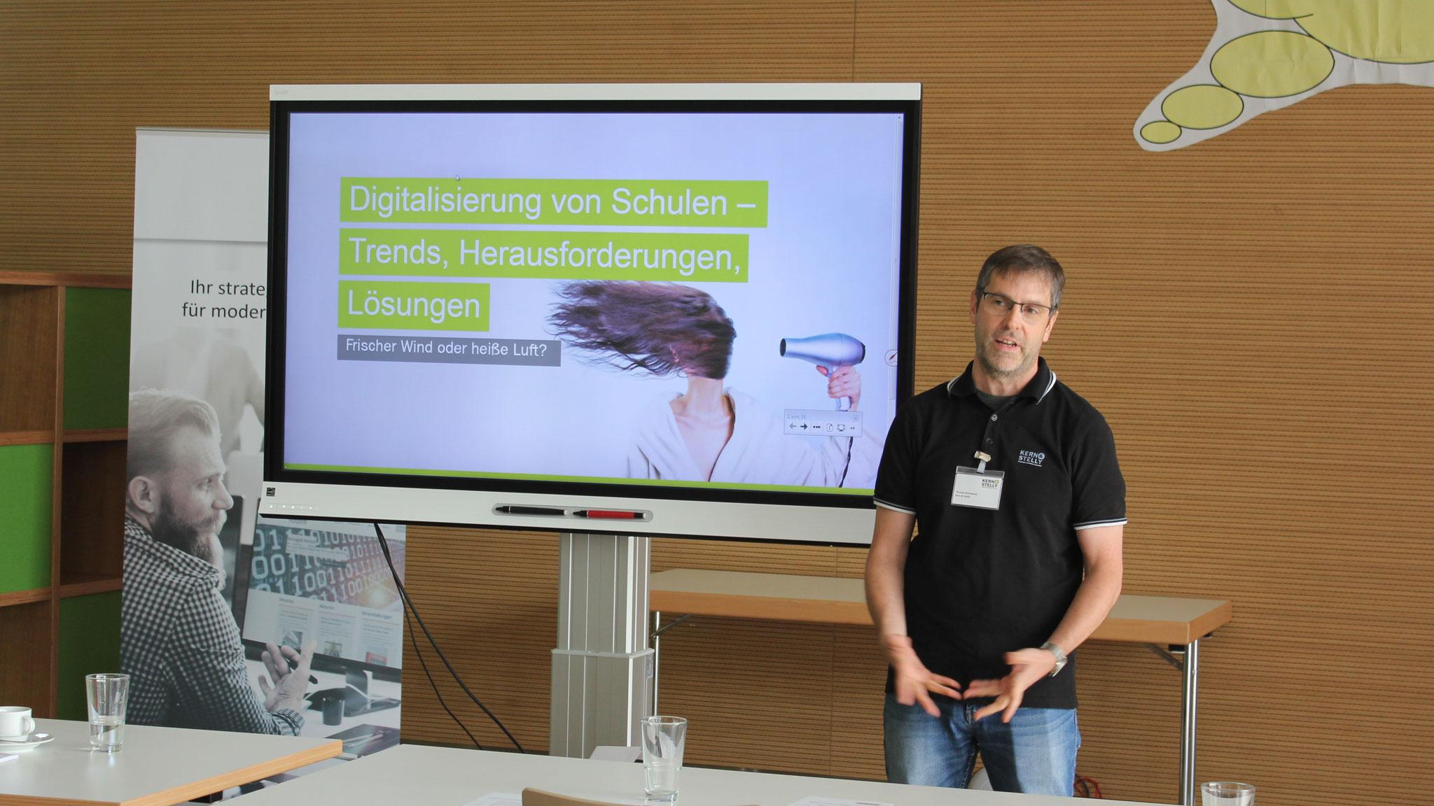 Thomas Reichwein von Kern & Stelly stellt das interaktive SMART Display vor.