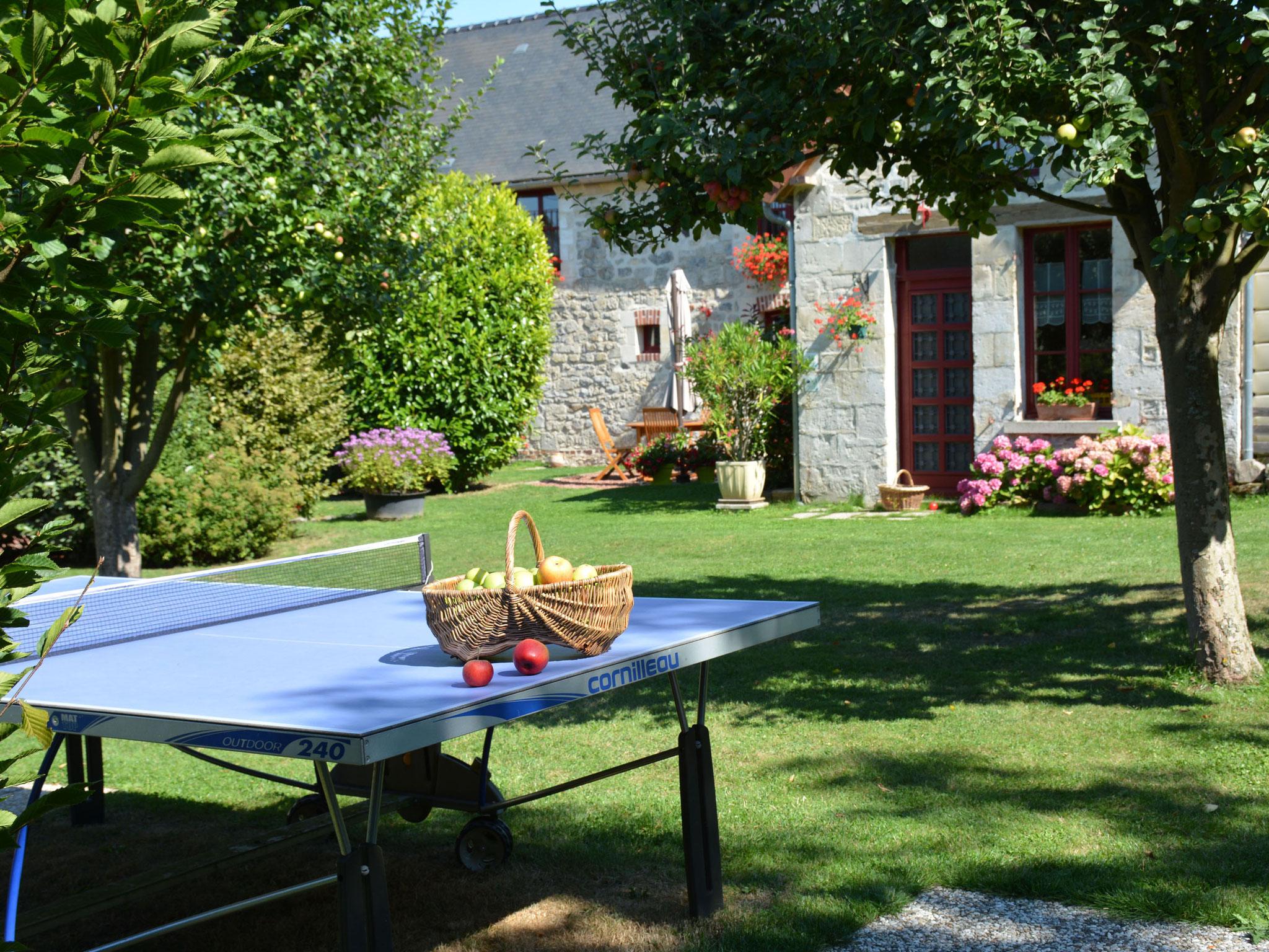 Table de ping-pong sous les pommiers