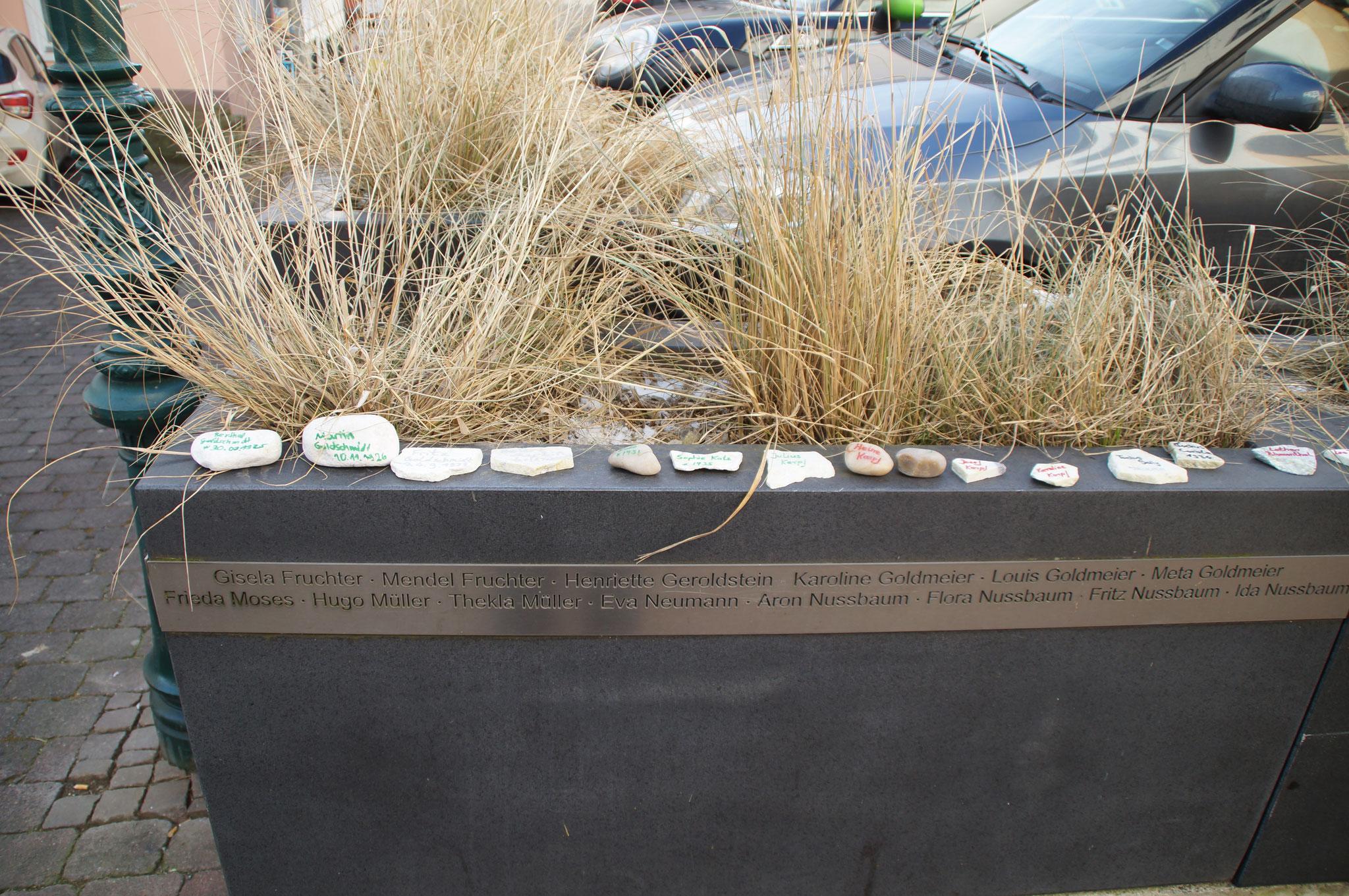 Von Schülern beschriftete Gedenksteine für die Opfer des Holocaust