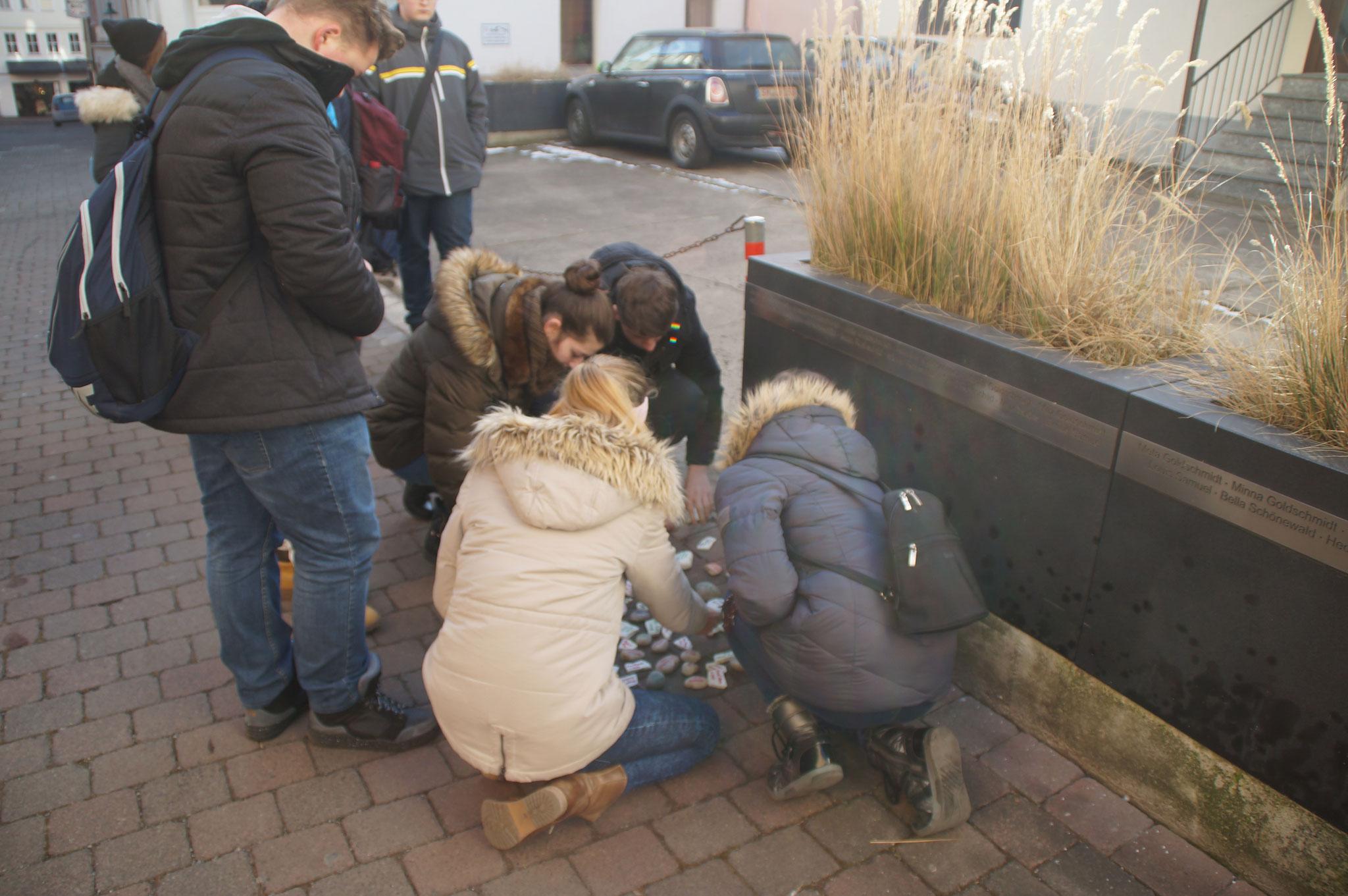 Schüler am Platz der zerstörten Synagoge