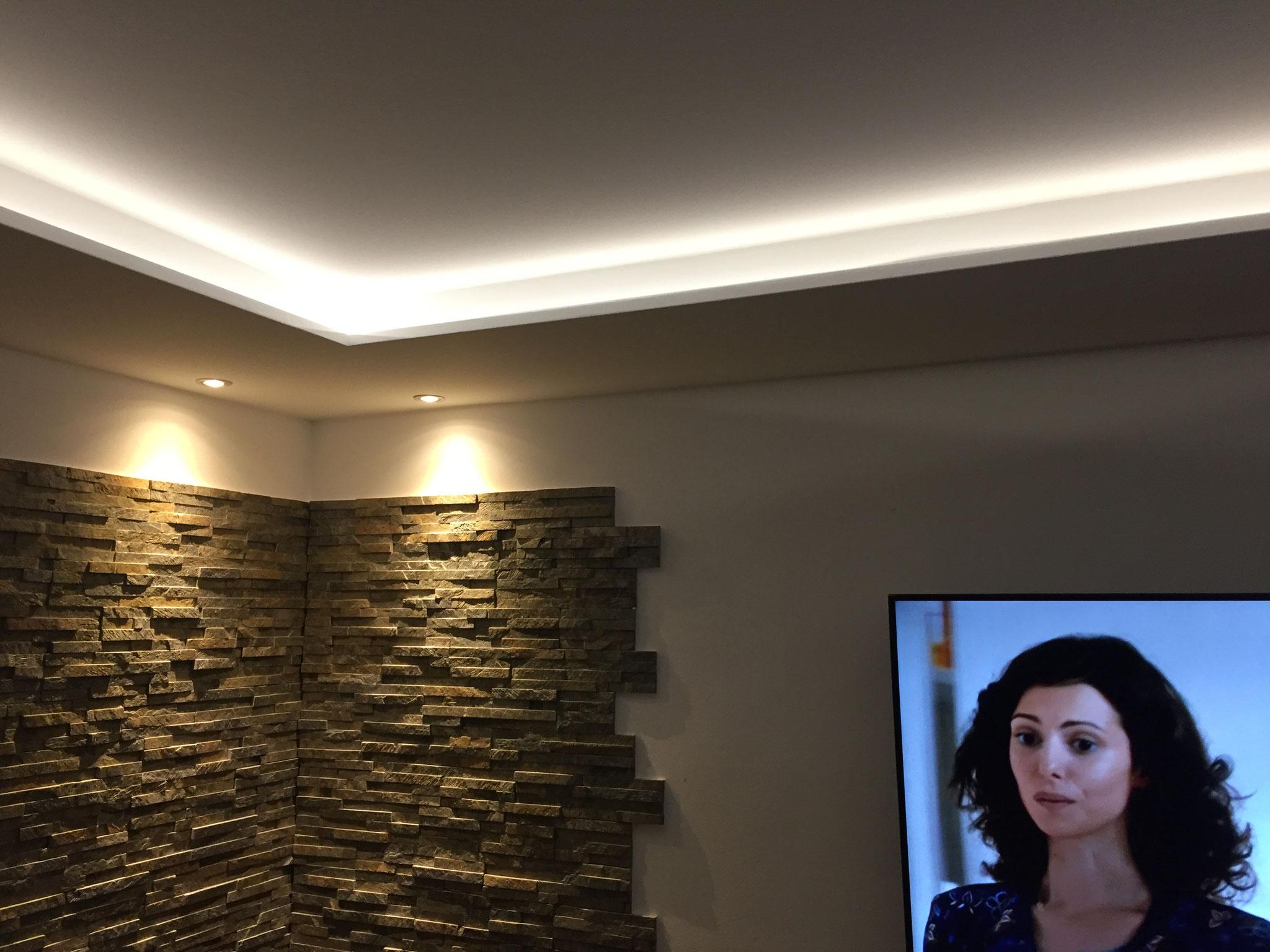 Indirekte Beleuchtung im Wohnzimmer für ein blendfreies TV-Vergnügen