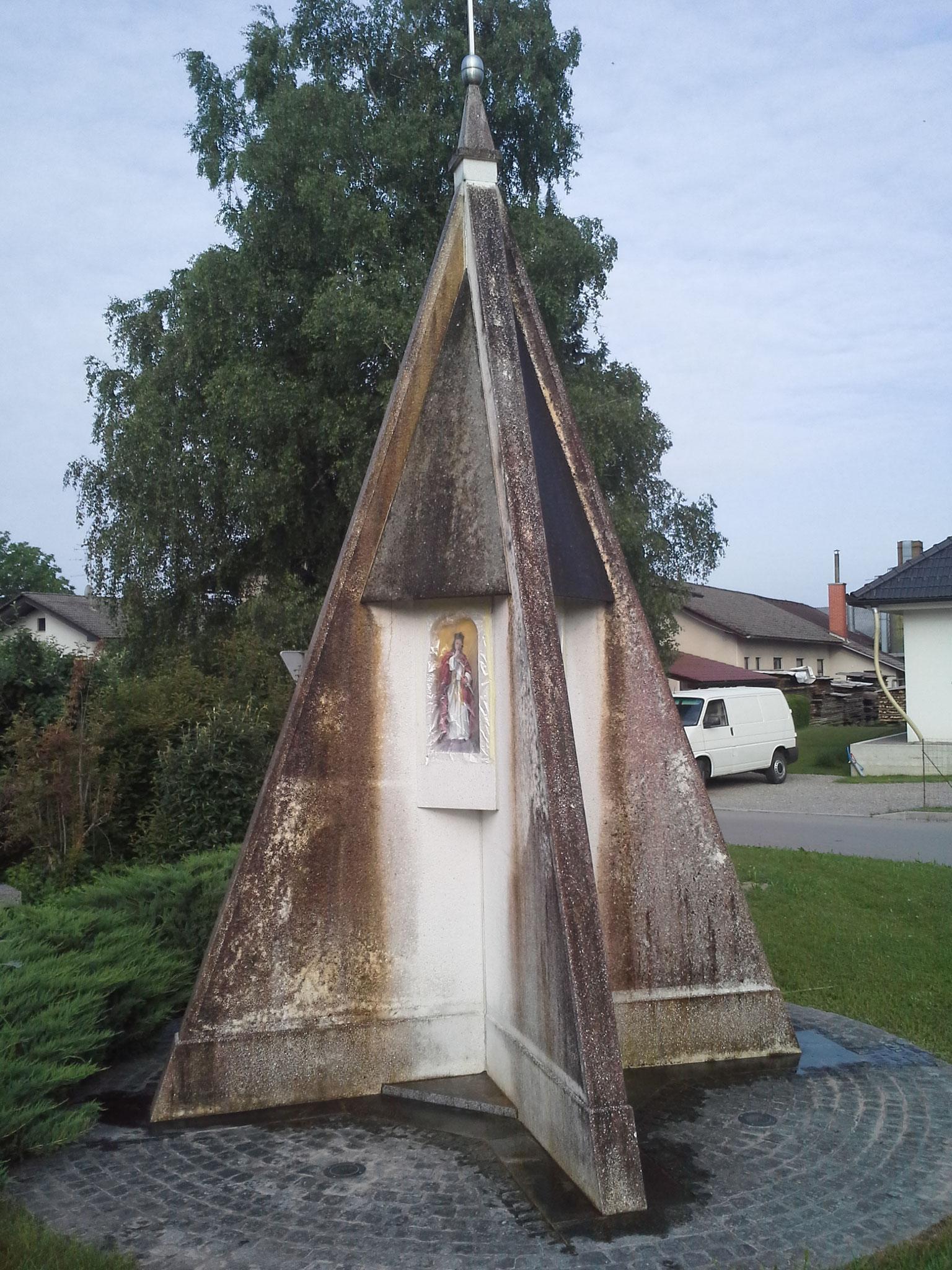 Ein schwer befallenes Denkmal, frisch eingesprüht