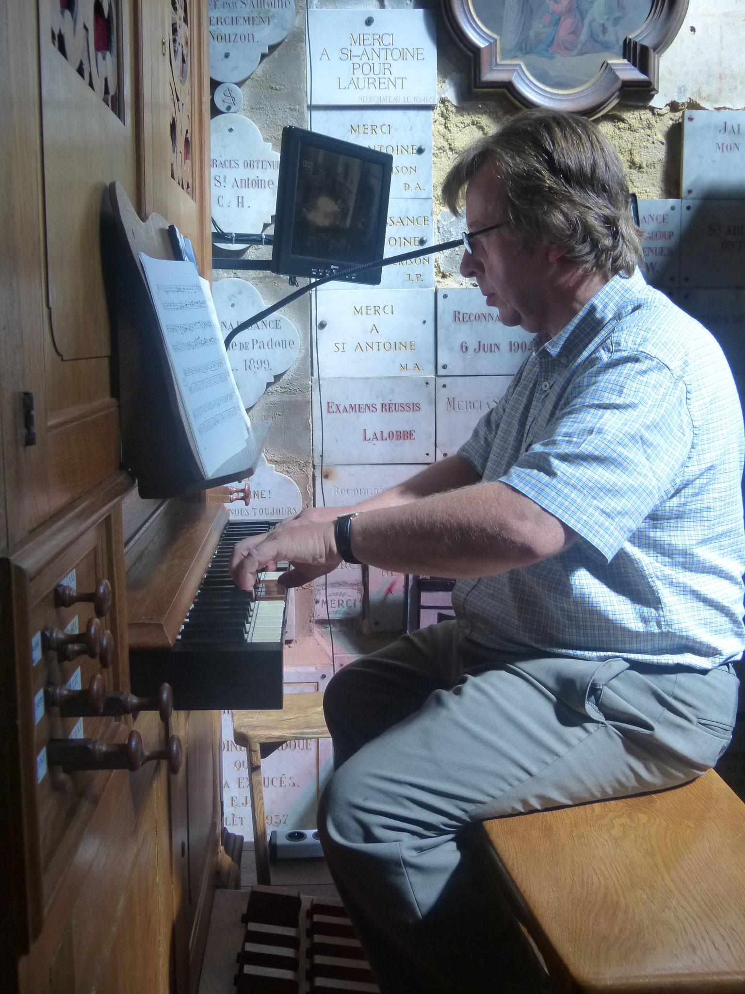 A la console de l'orgue du Sanctuaire Saint-Antoine des Hauts-Buttées. Répétition du concert donné le 28 août 2016.