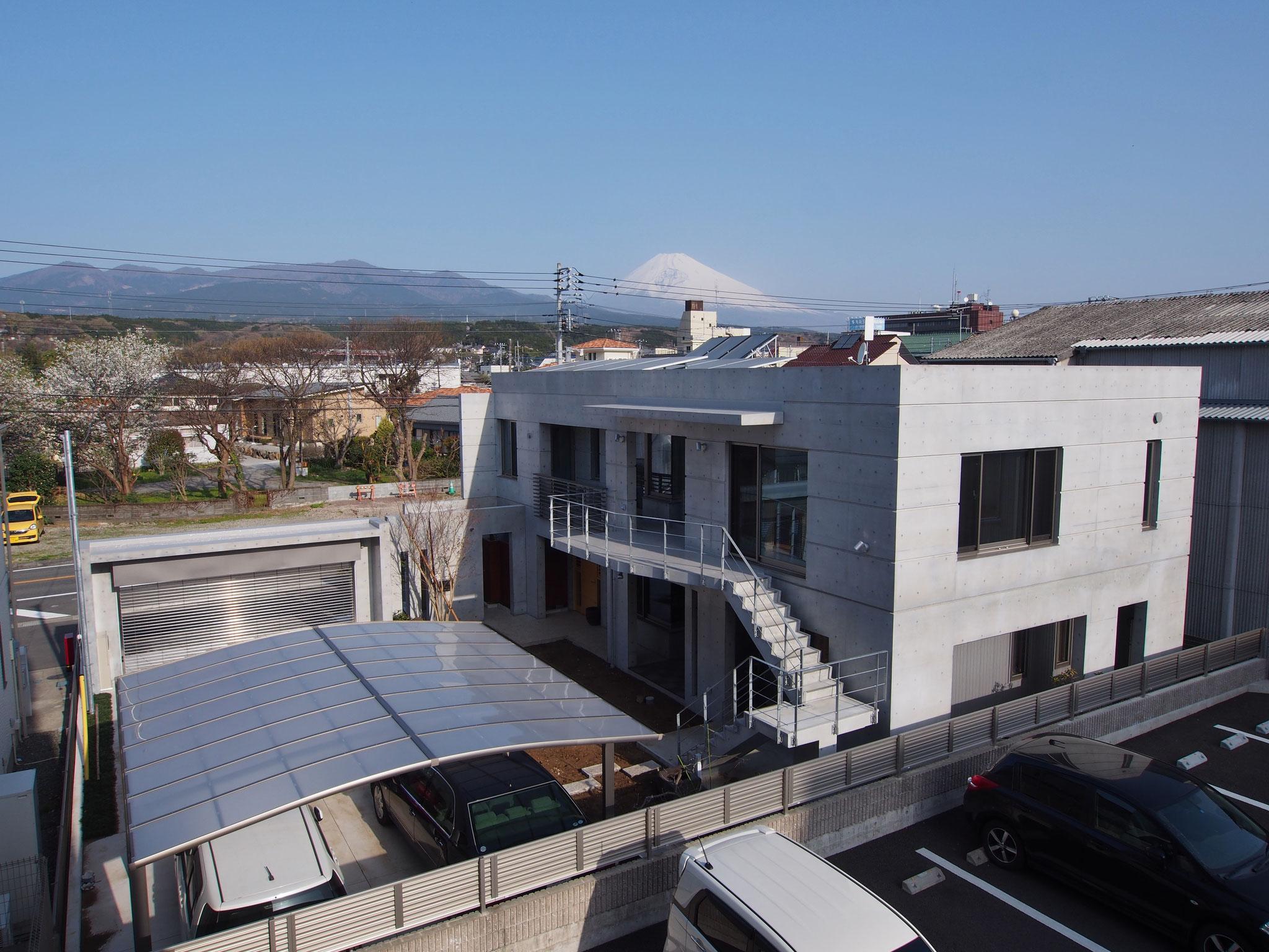 富士山を背景に建物俯瞰