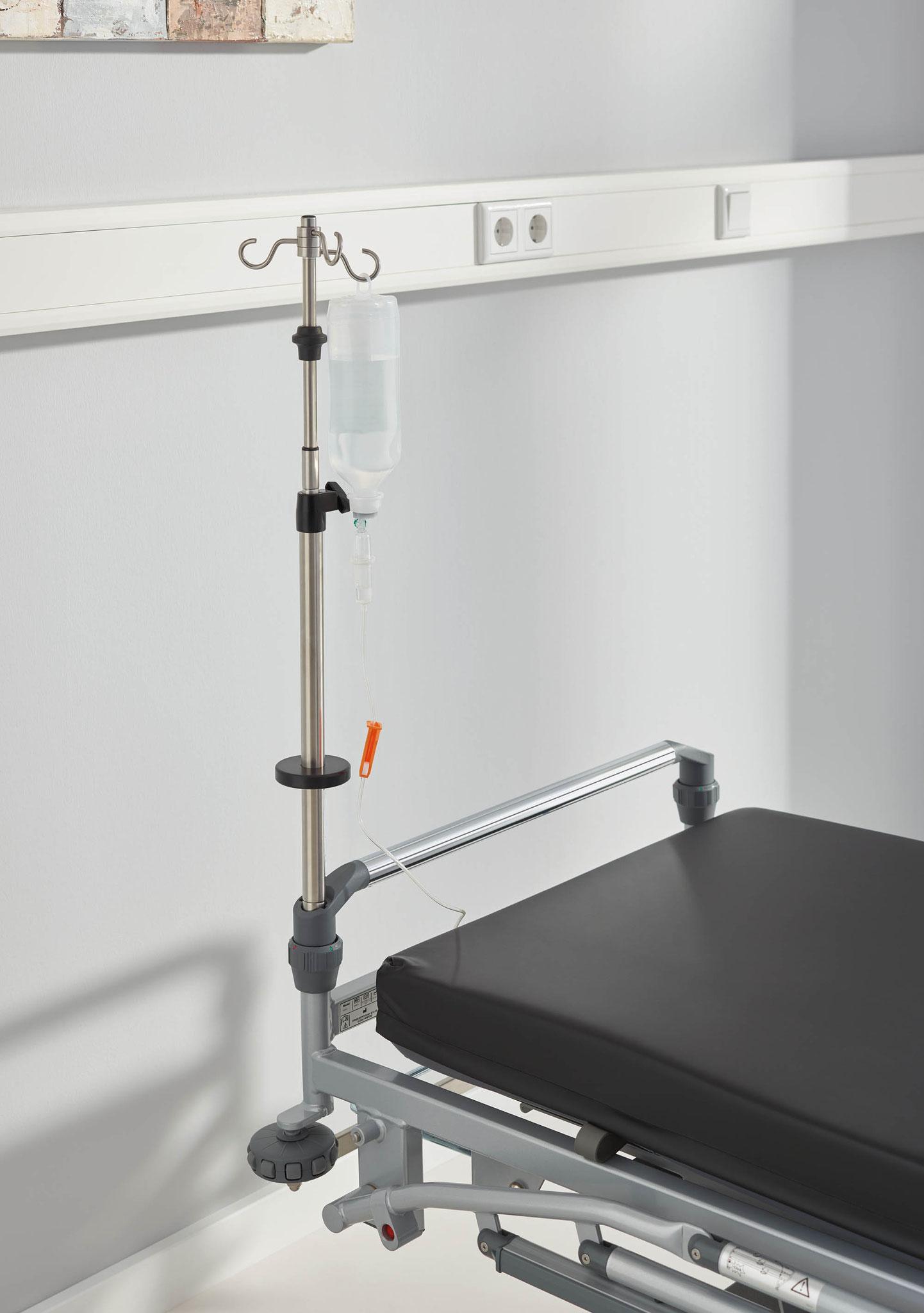 Der Infusionsständer für den Stretcher Mobilo ist 2-fach teleskopierbar und kann an allen 4 Ecken montiert werden.