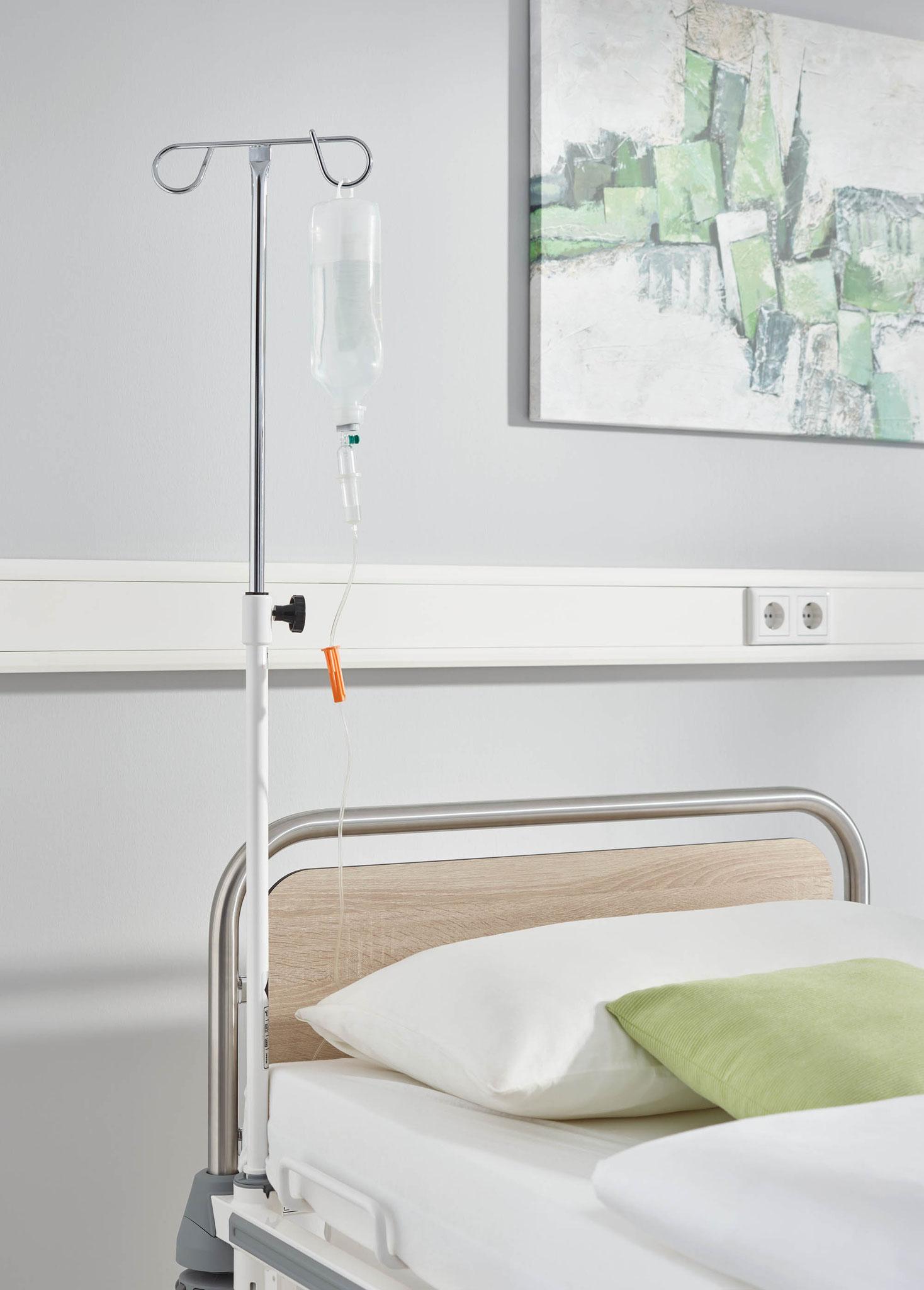 Der senkrechte Infusionsständer ist die klassische Standardlösung – hier ein Modell mit 2 Haken am Bett Vivendo pro.