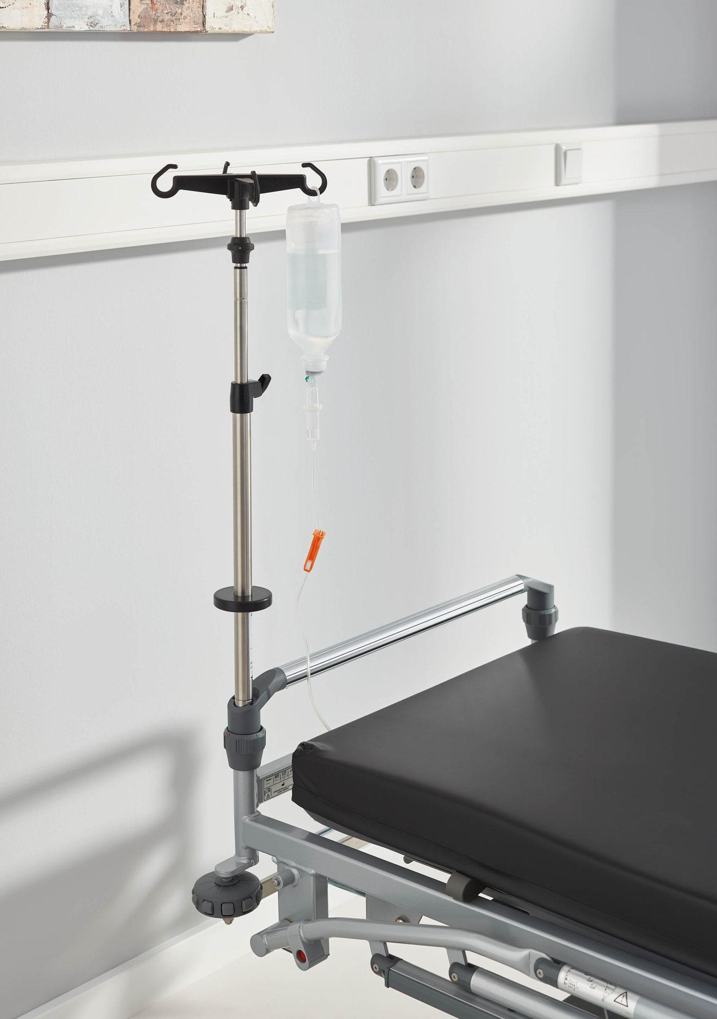 Der Infusionsständer für den Stretcher Mobilo ist auch mit schwenkbaren Haken erhältlich.