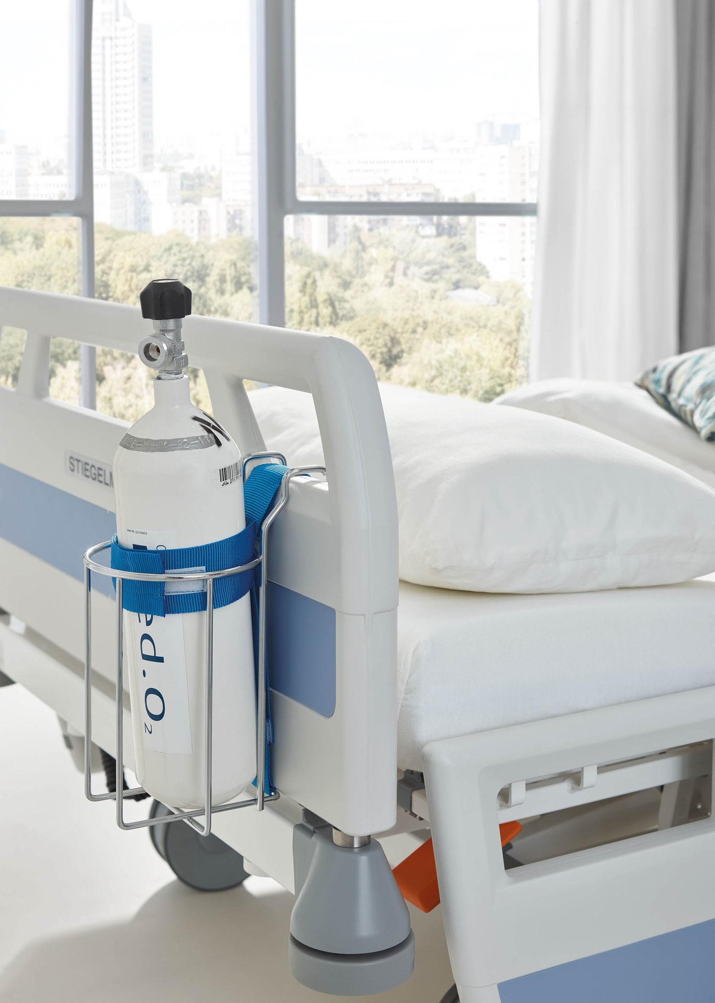 Unser Sauerstoffflaschenkorb ermöglicht die flexible Positionierung von bis zu 2 Liter fassenden Flaschen an den Kopf- und Fußteilen.