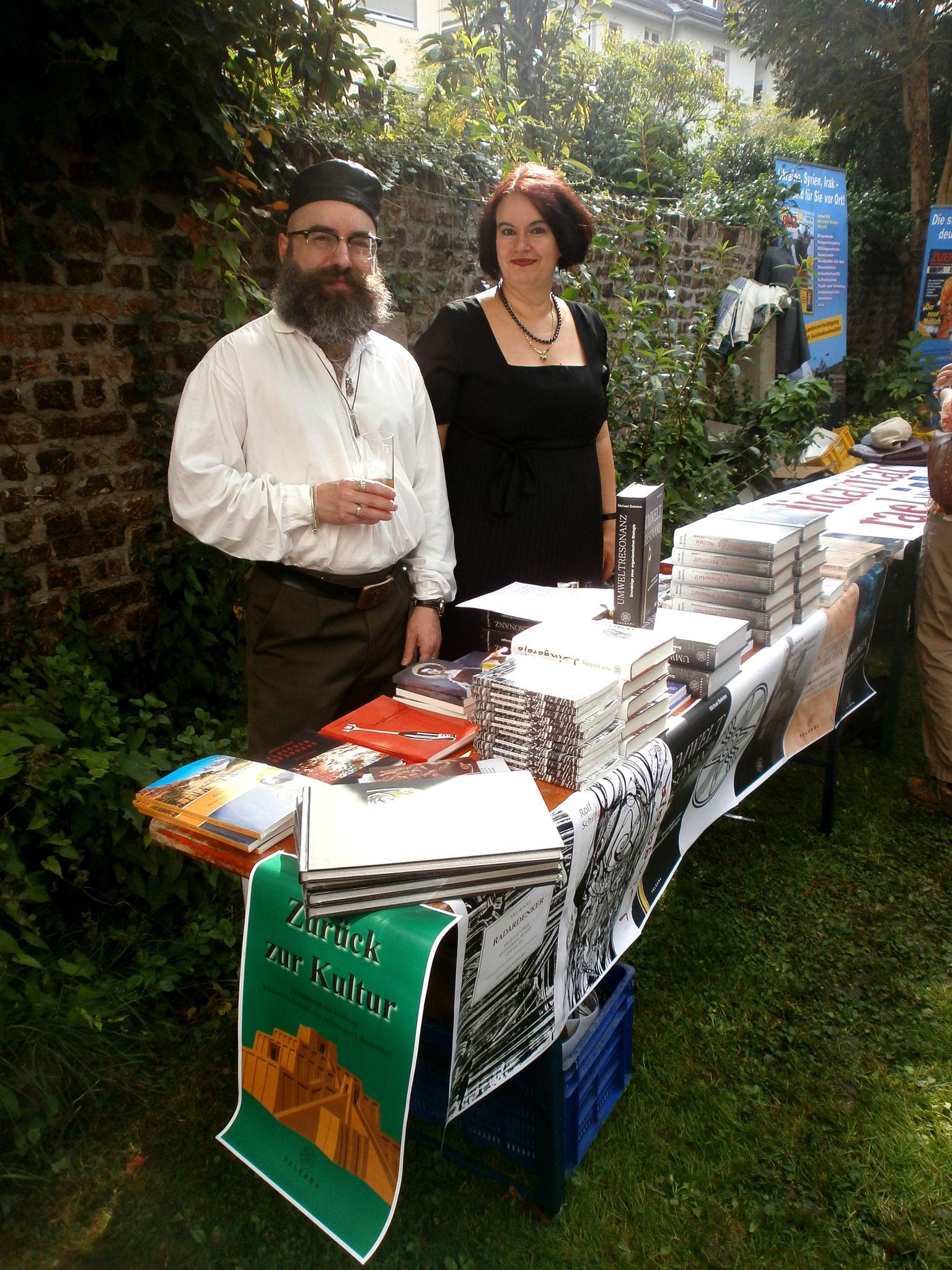 Büchertisch mit Dr. Baal Müller und seiner Lebensgefährtin Christine Mey