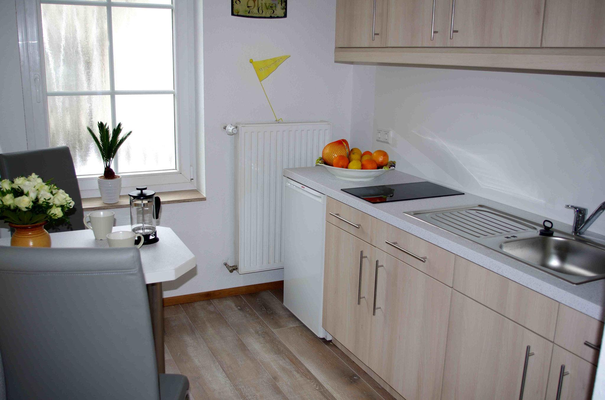 Eine Küche mit allen Features für den Urlaub. Toaster, Kaffeemaschine, Wasserkocher,Microwelle mit Heißluft und Grill, Ceranfeld und einer üppigen Ausstattung an Geschirr