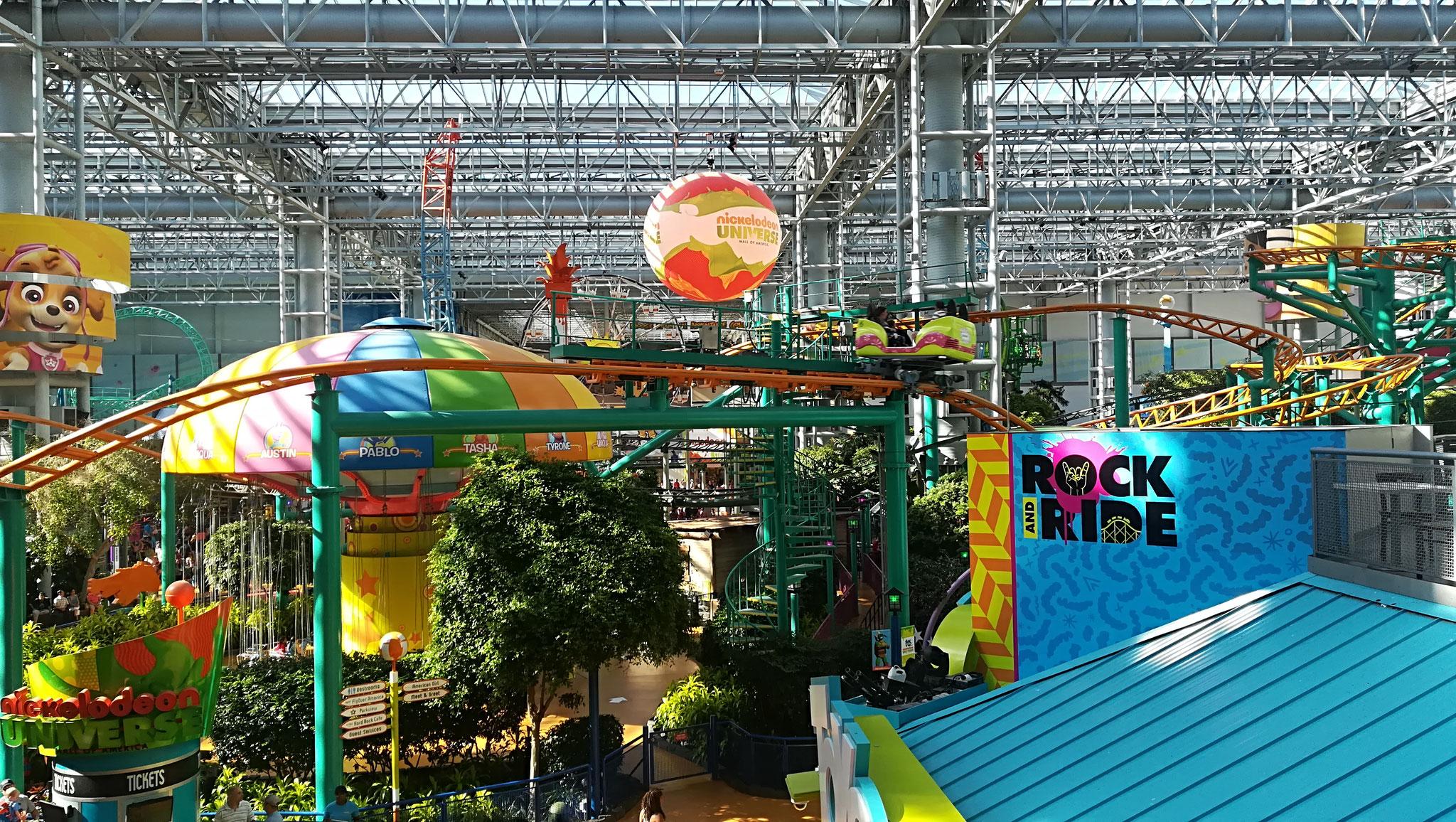ディズニーランドより集客人数が多いといわれる、全天候型巨大ショッピングモールには、屋内にもかかわらずジェットコースターを含む巨大遊園地がある(ミネソタ州)
