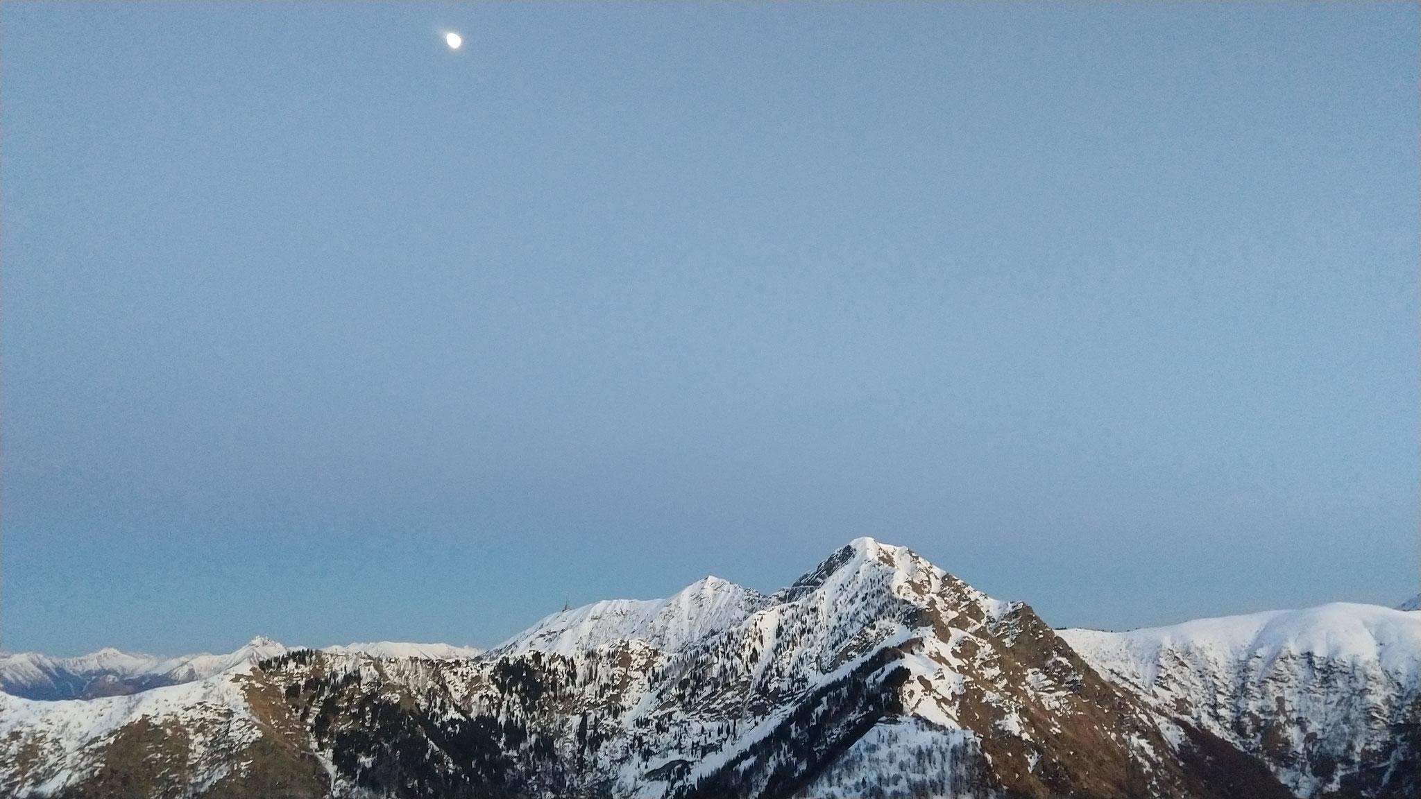 der Mond leuchtet über dem Tamaro