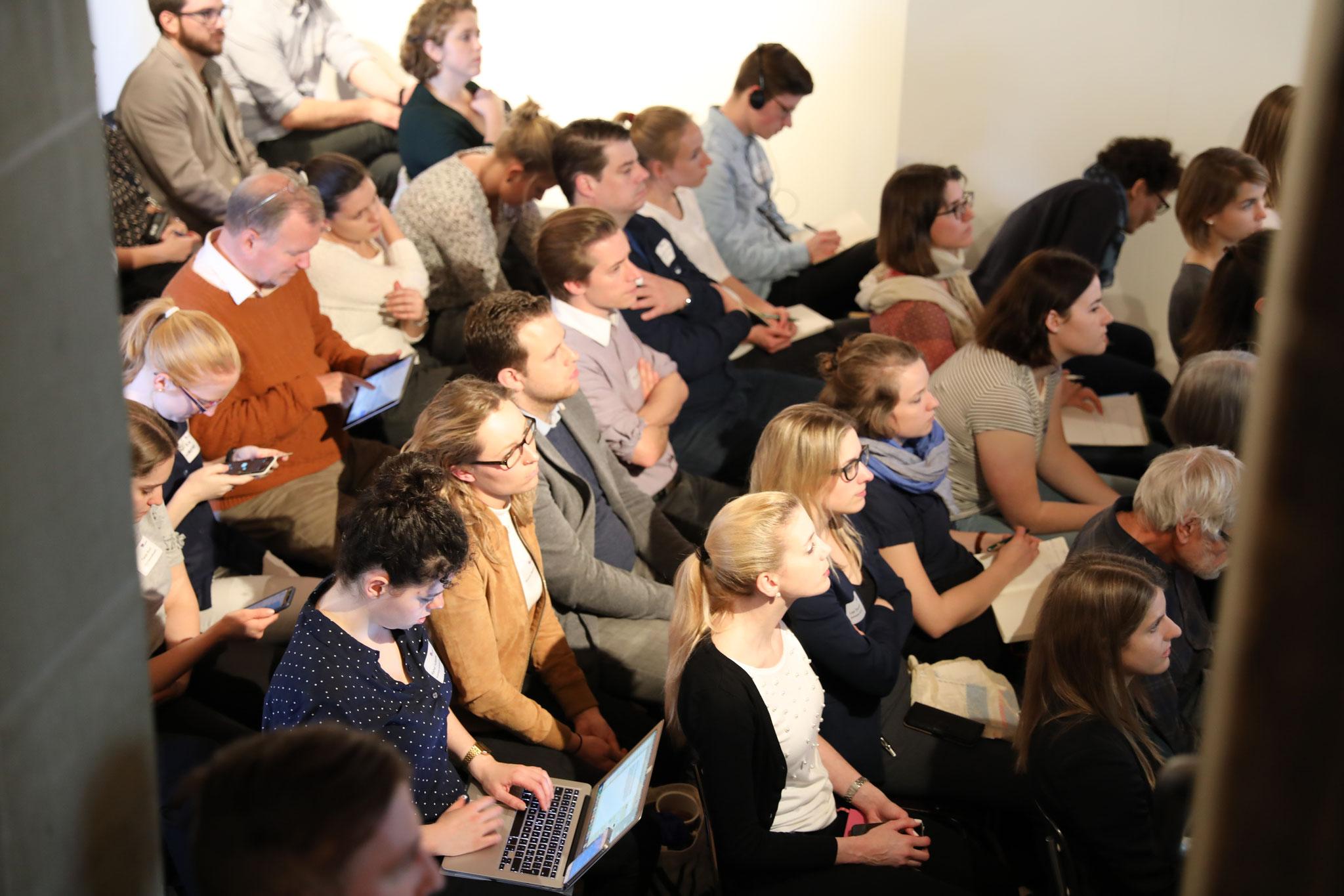 Zahlreiches Publikum, welches vor Ort und online mitdiskutierte