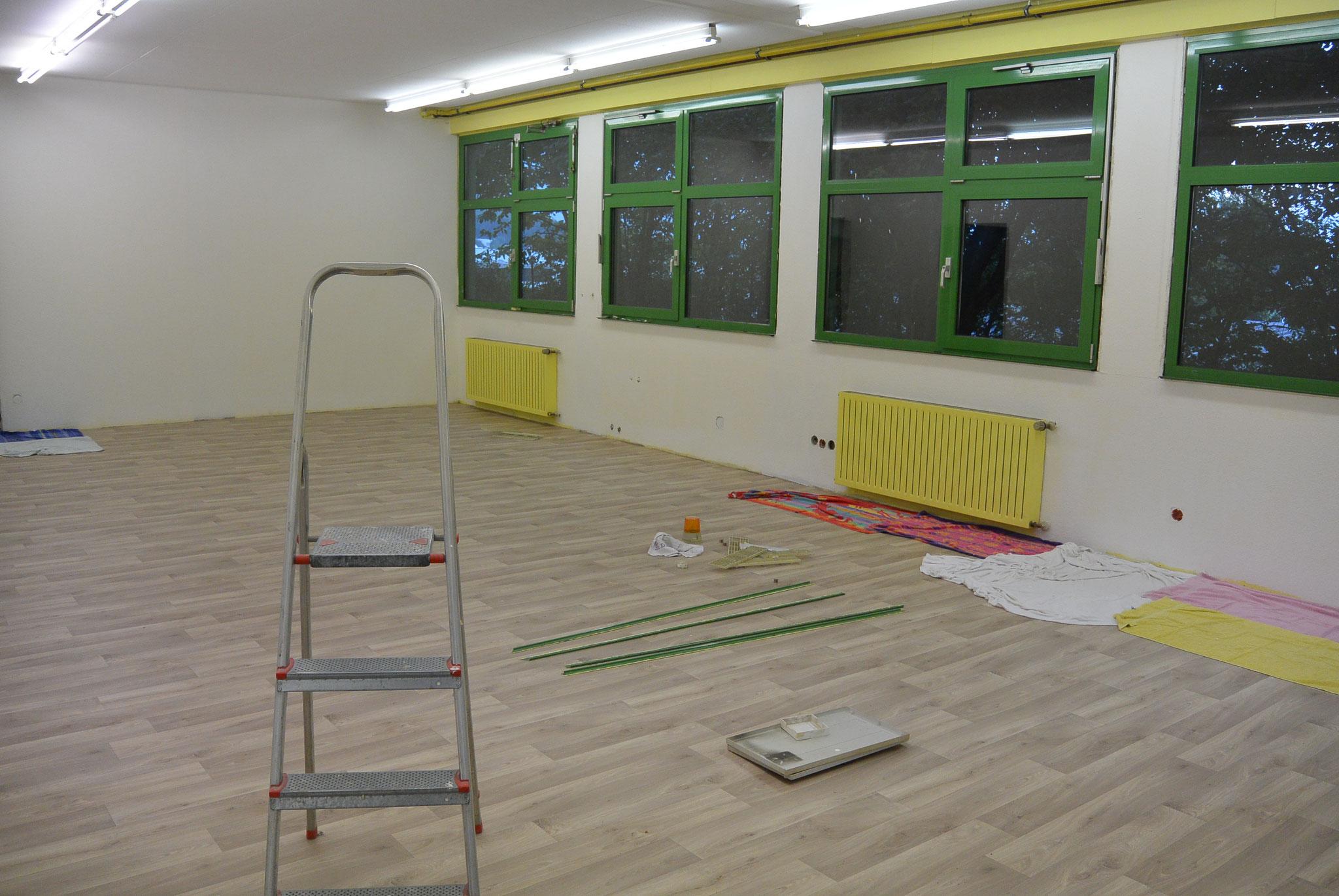 Und im großen Gästezimmer wird schon neu Tapeziert und gestrichen, neue Heizkörper gibt es auch gleich