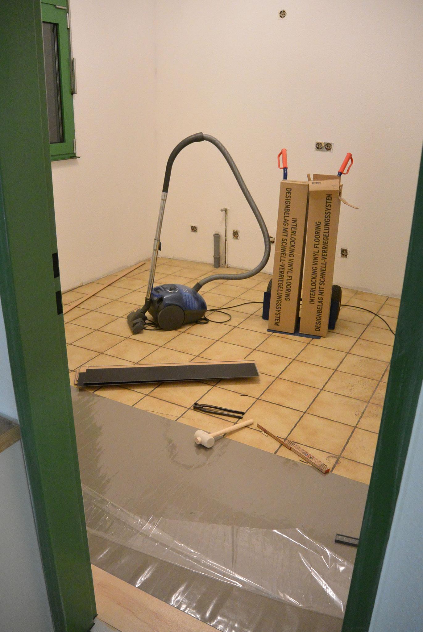 Auch der Sozialraum bekommt über Nacht eine neuen Fußboden