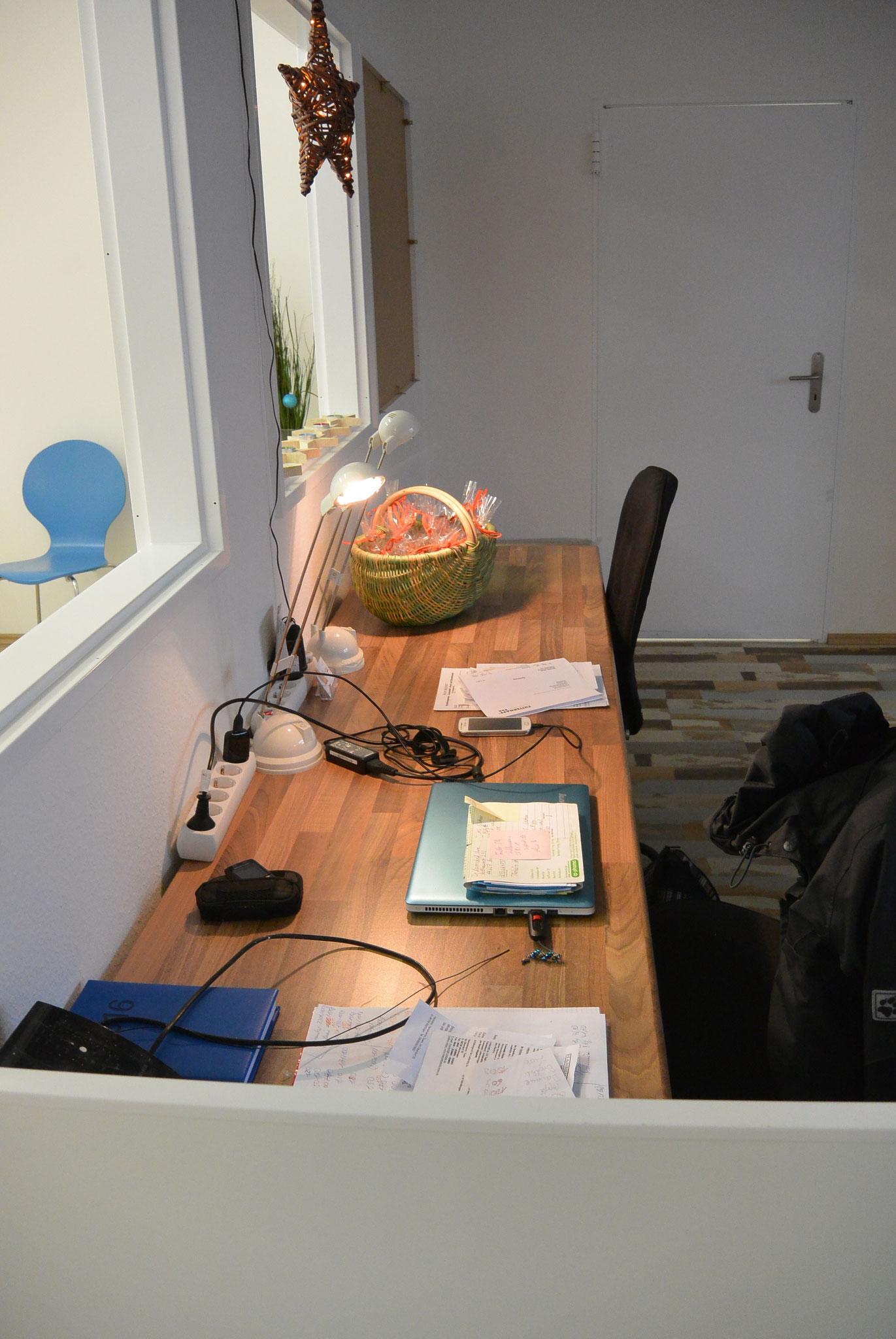 ... und im vordere Bereich entsteht die Anmeldung mit Schreibtisch