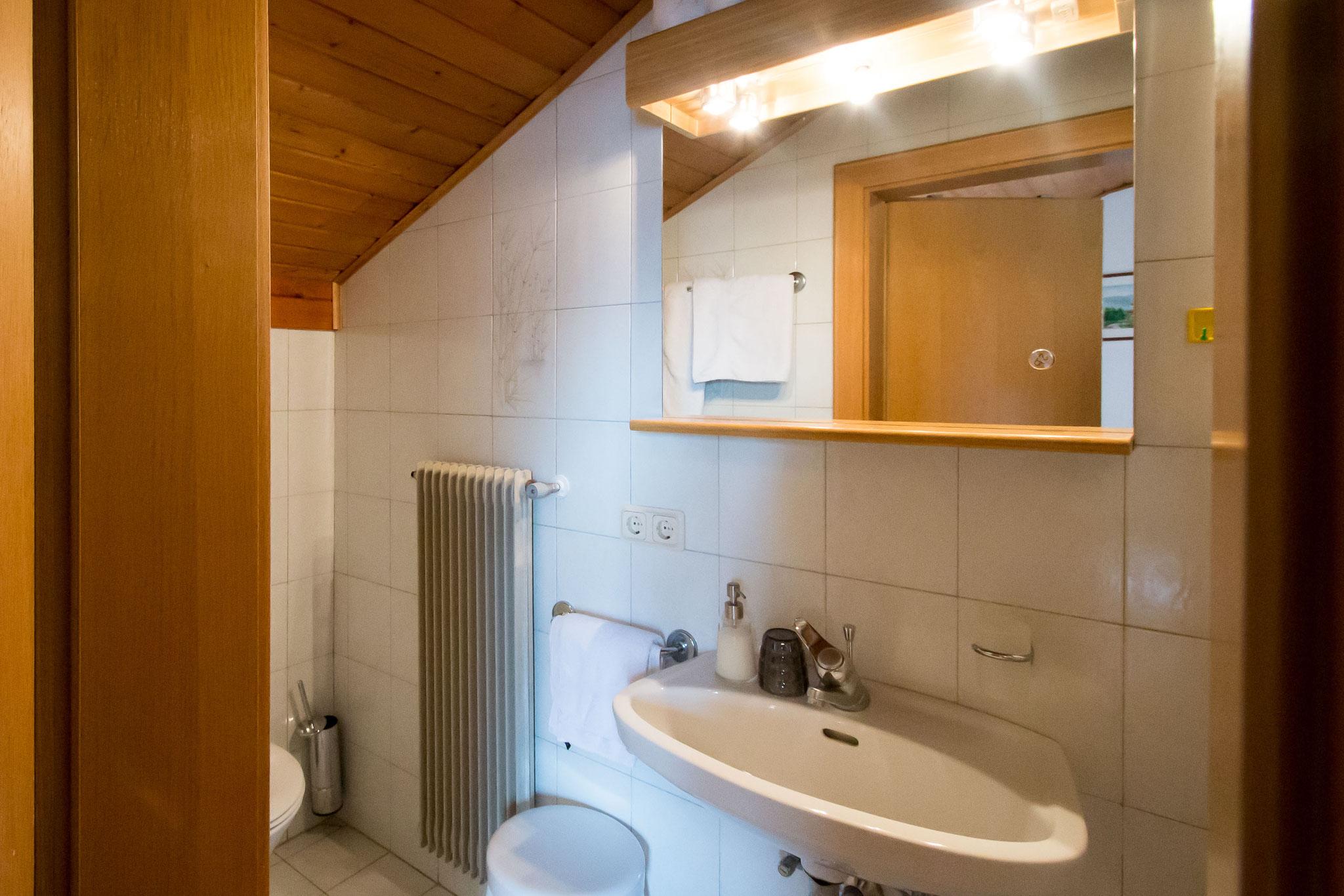 Das Bad von Zimmer Nummer 4. Nicht im  Bild: die Dusche.