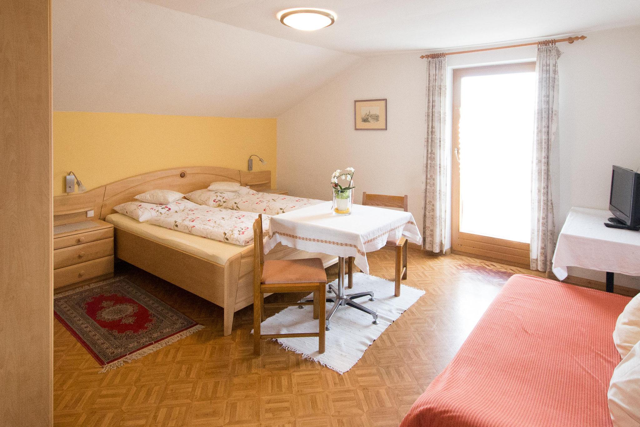 Die beiden Betten und die Schlafcouch (rechts im Bild)