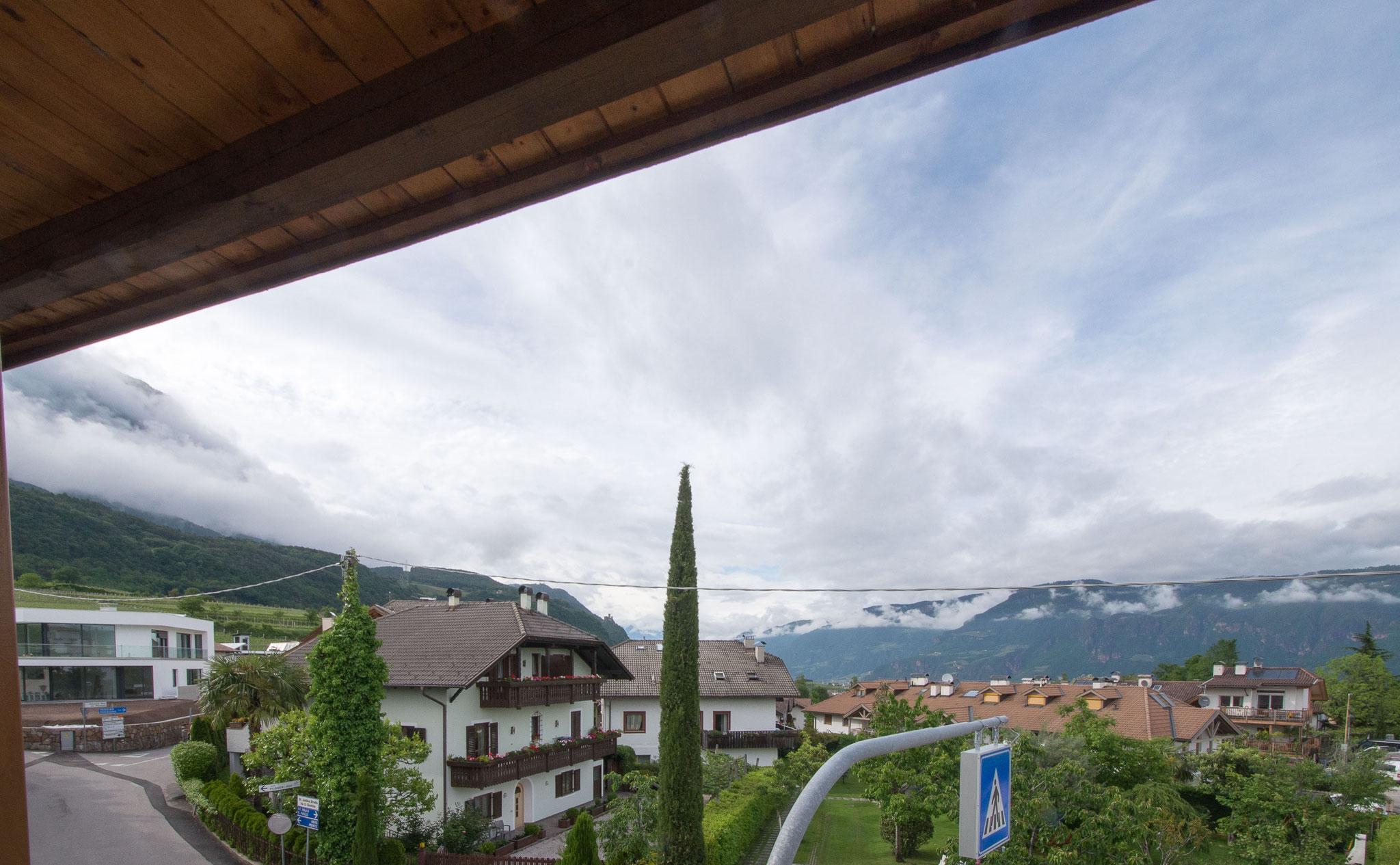 Der Blick aus dem Zimmerfenster von Nummer 5 zeigt in Richtung Norden, als Burg Hocheppan, den Tschögglberg und Bozen