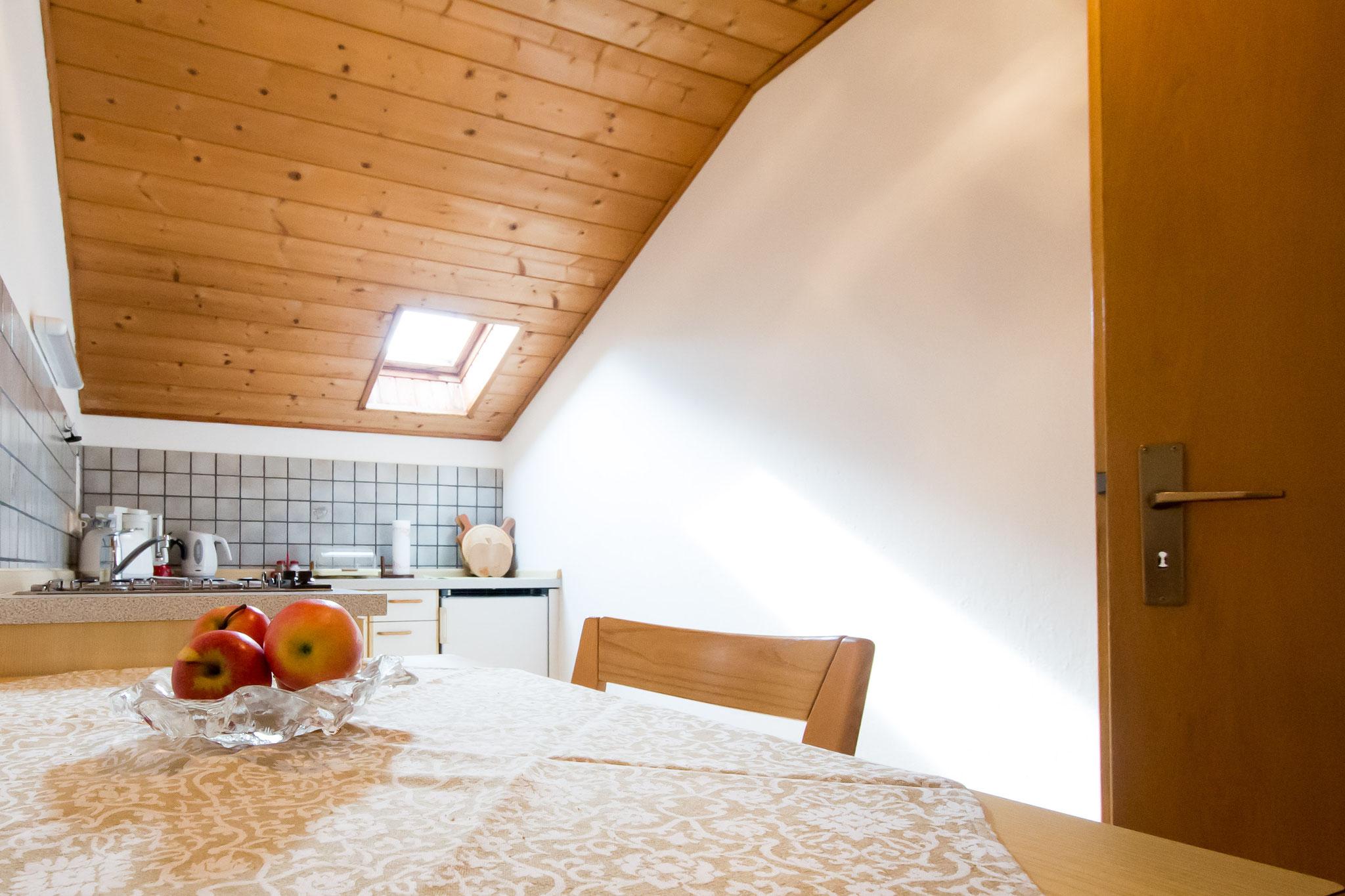 Die Wohnküche ist mit Geschirr voll ausgestattet und verfügt über einen Gasherd.