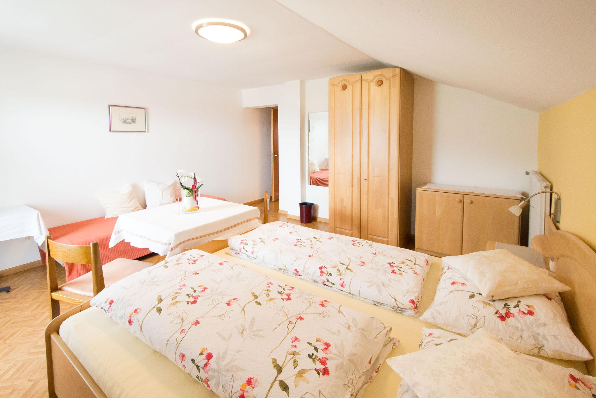 Das Bett, der Wandspiegel und die Kleiderschränke