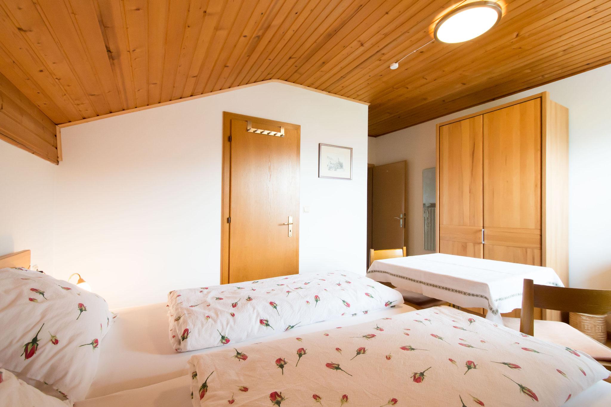 Die Betten und die Tür zum Bad