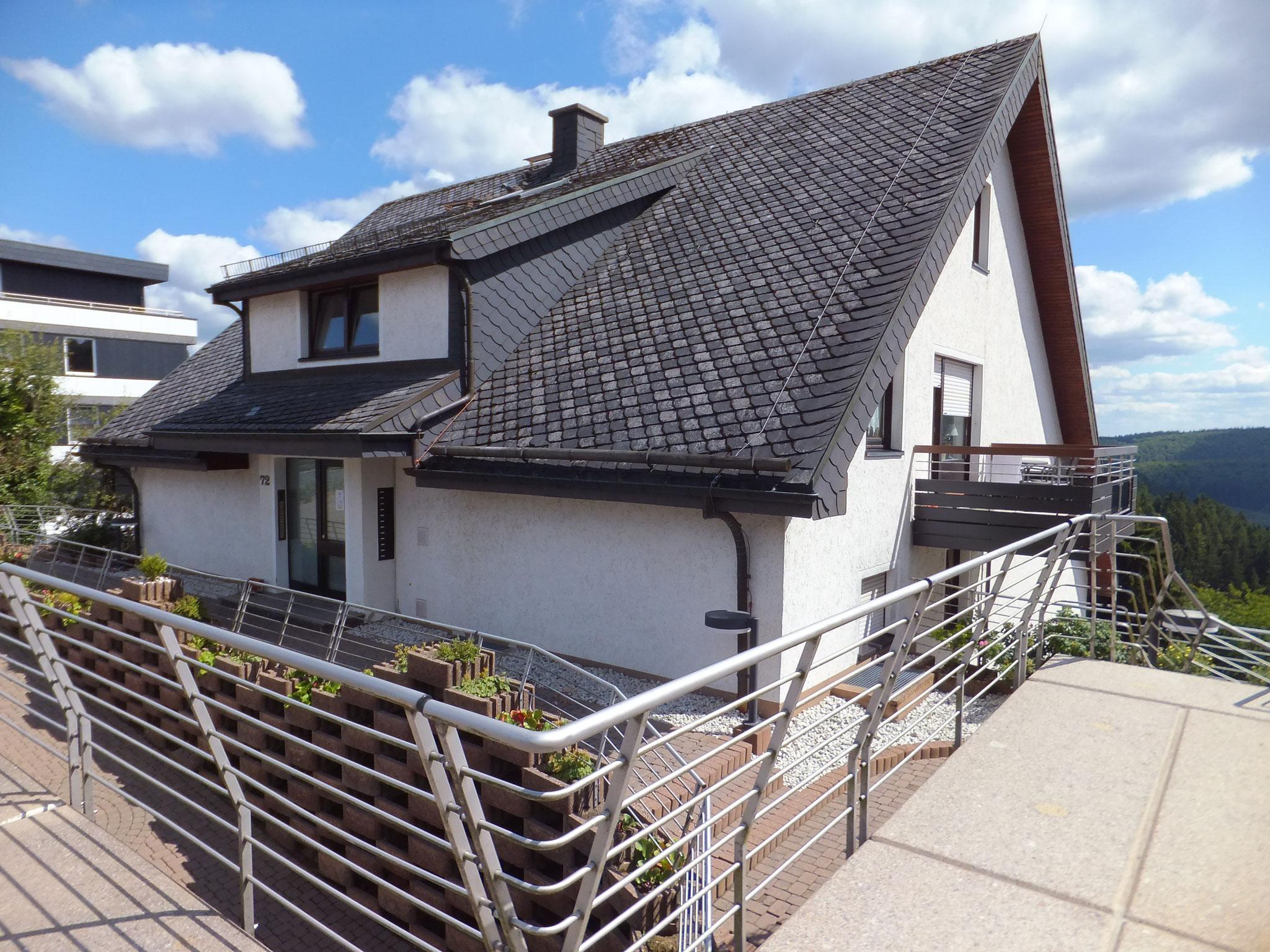 Hauseingang & Balkon