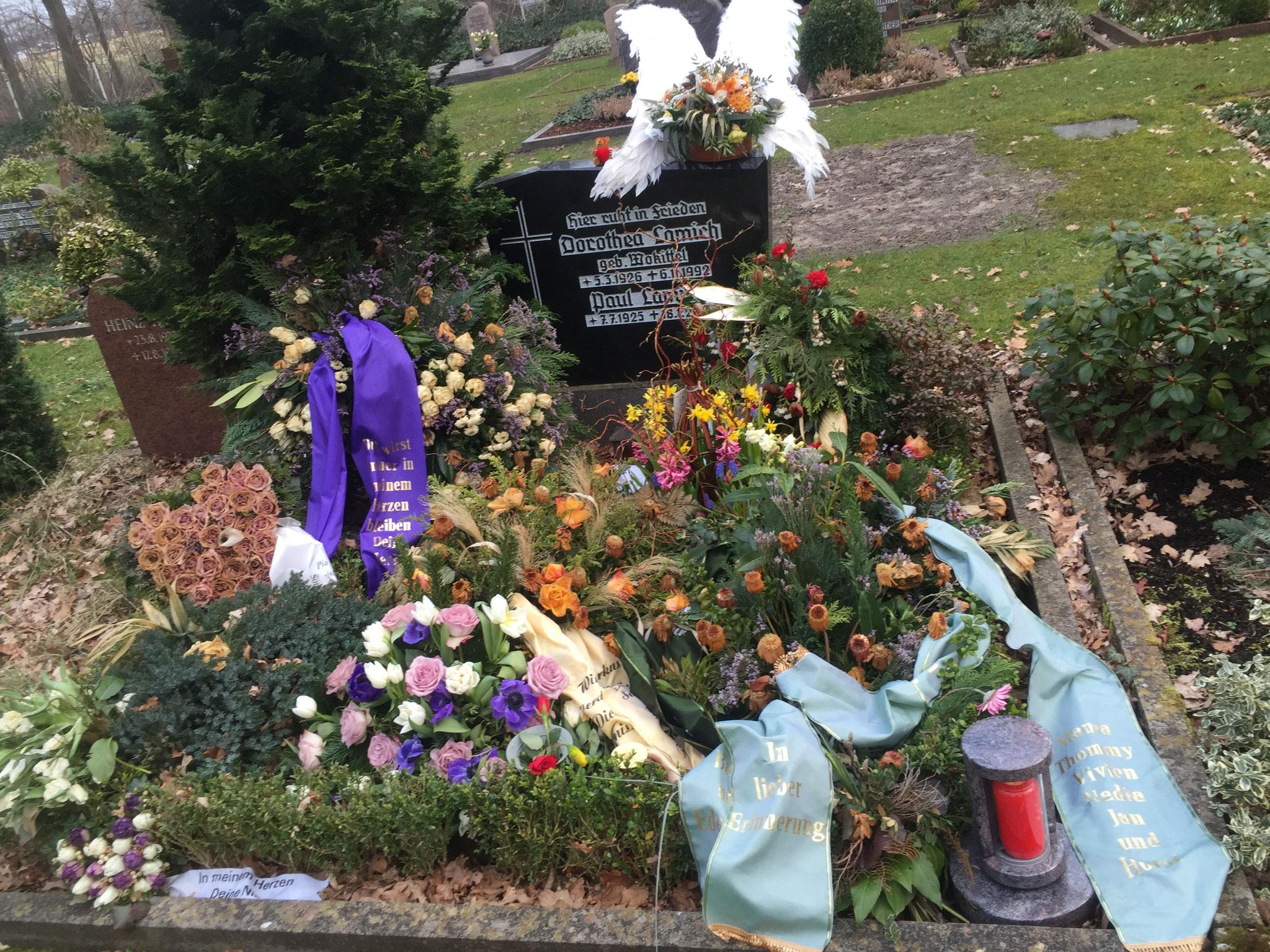 Ihr Grab kurz nach der Beisetzung