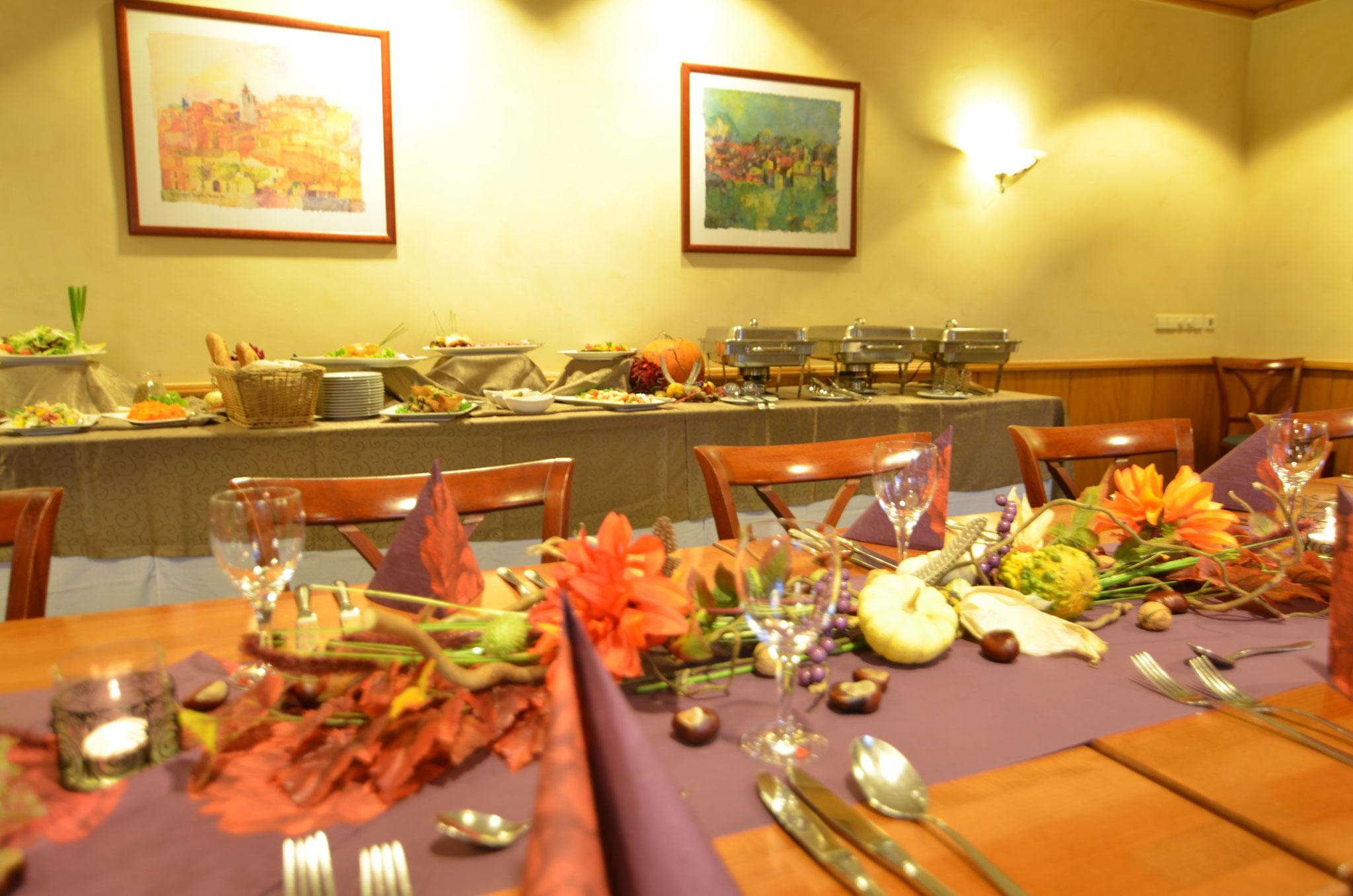 dekorierte Tafel in Verbindung mit einem Buffet